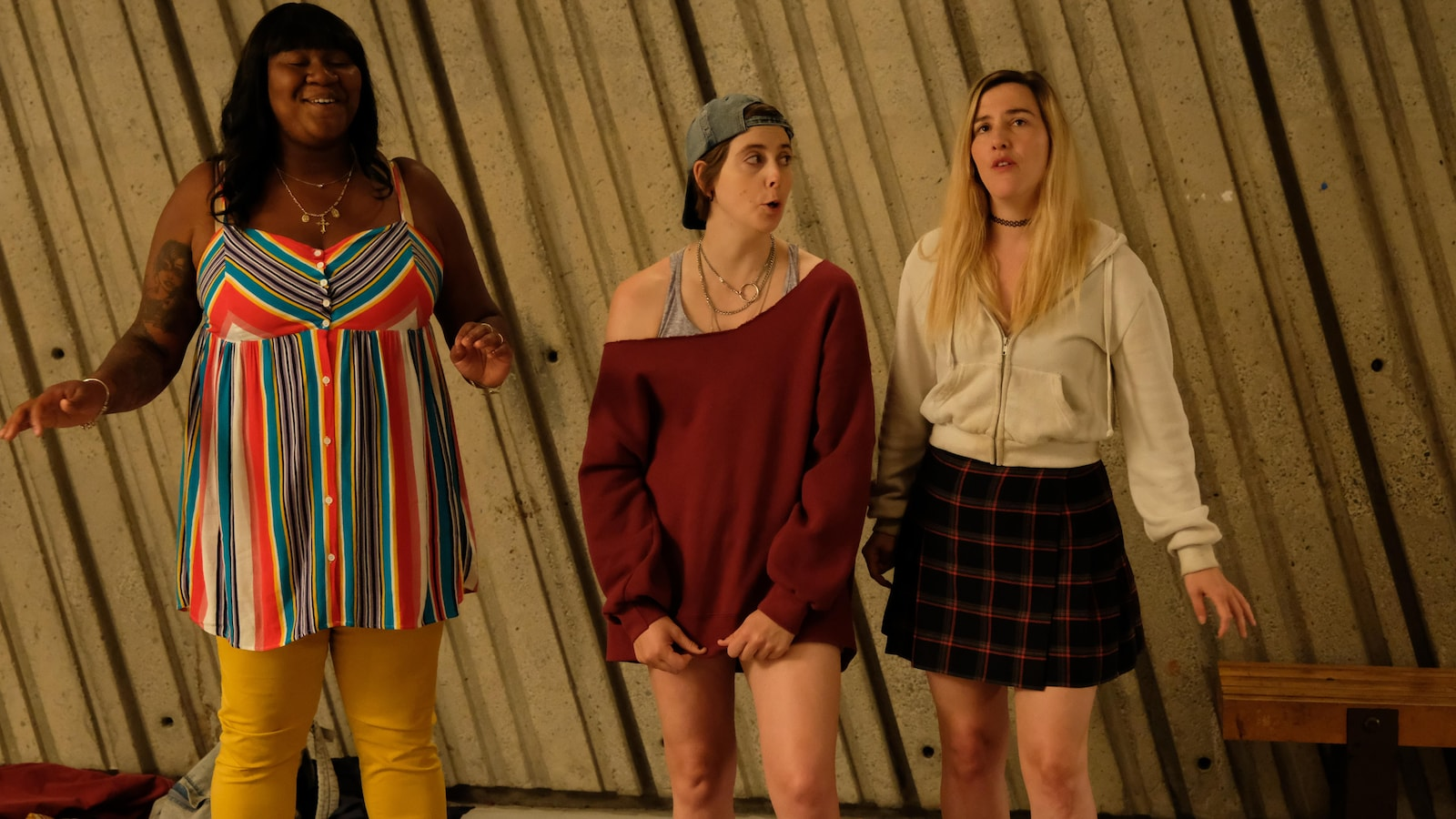 Les trois femmes chantent dans le métro.