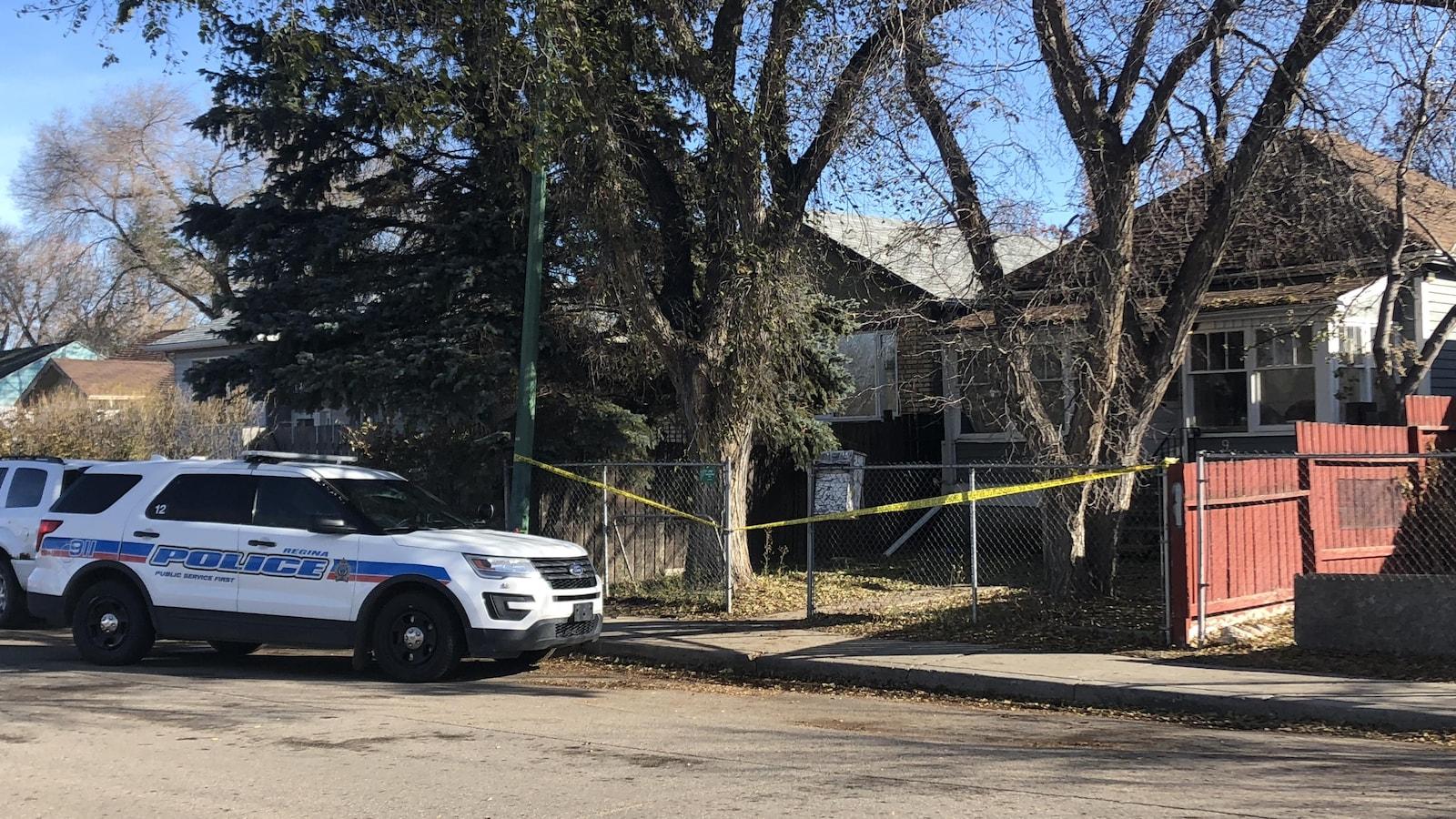 Voiture de la police de Regina devant la maison où a été trouvée la victime.
