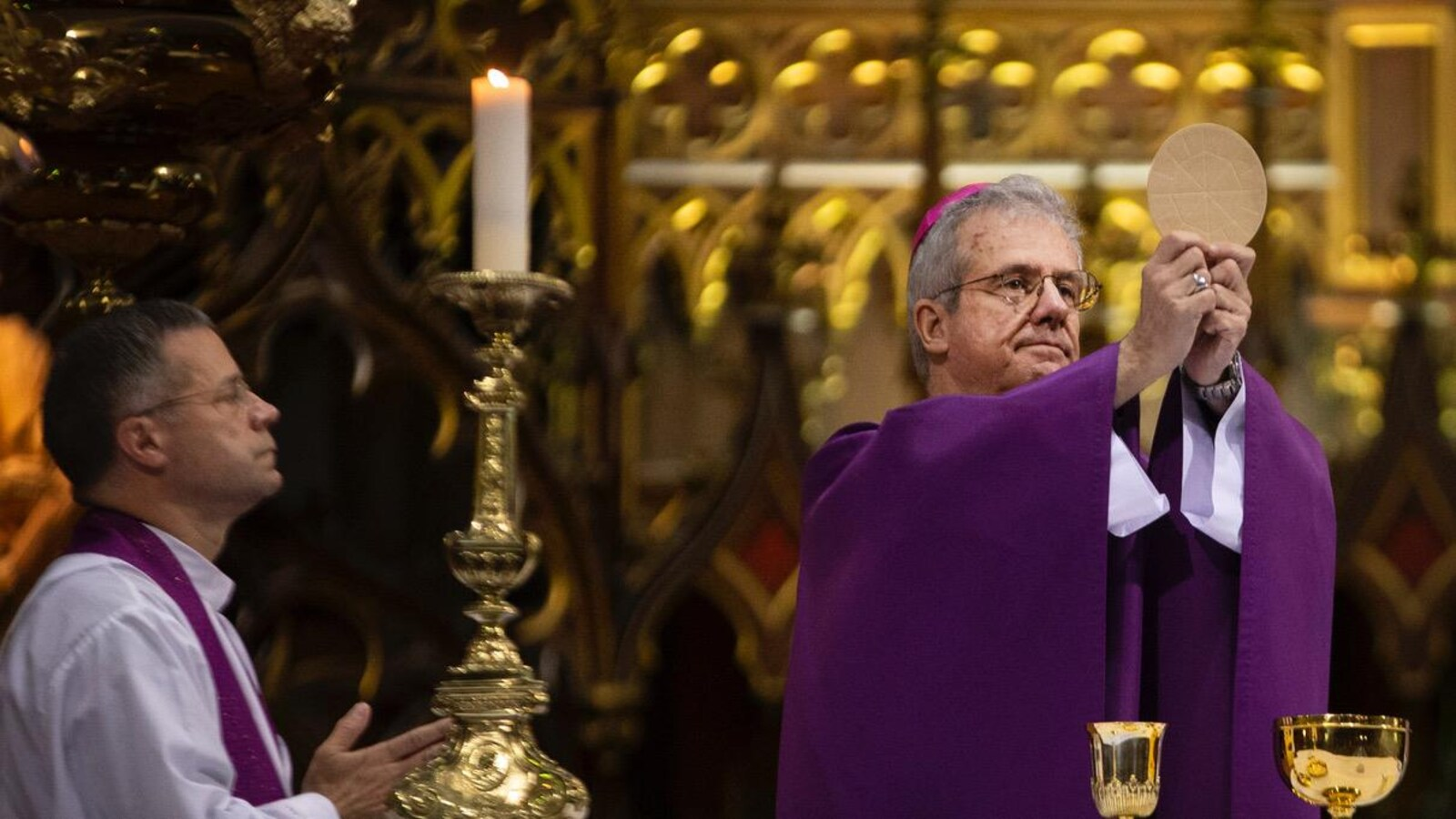 Mgr Lépine en toge, dans la basilique Notre-Dame.