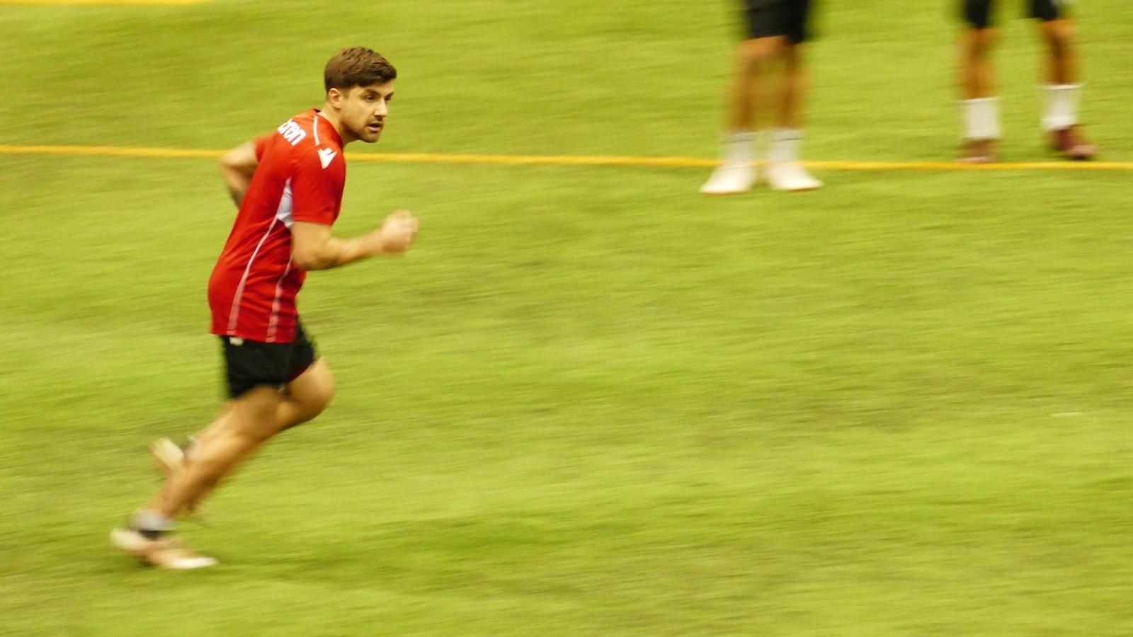 Un joueur de soccer en train de courir.