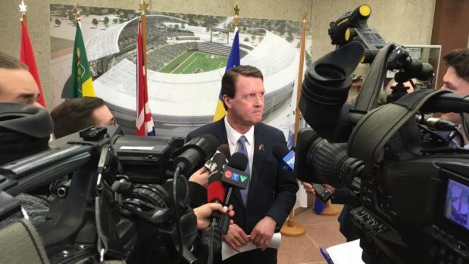 Le maire de Regina, Michael Fougere, en point de presse.