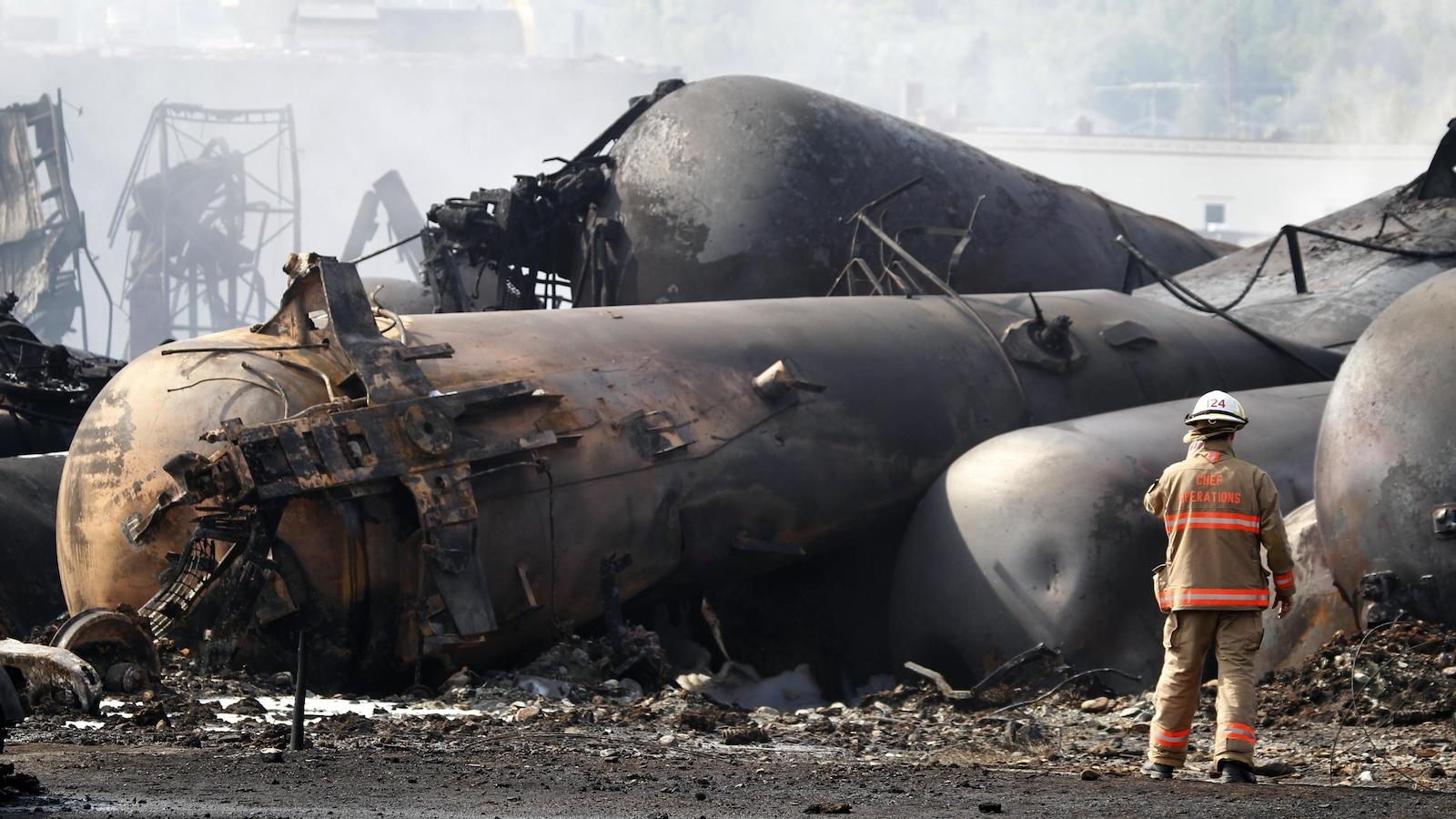 Un pompier travaille sur la scène de la tragédie ferroviaire mortelle de Lac-Mégantic.