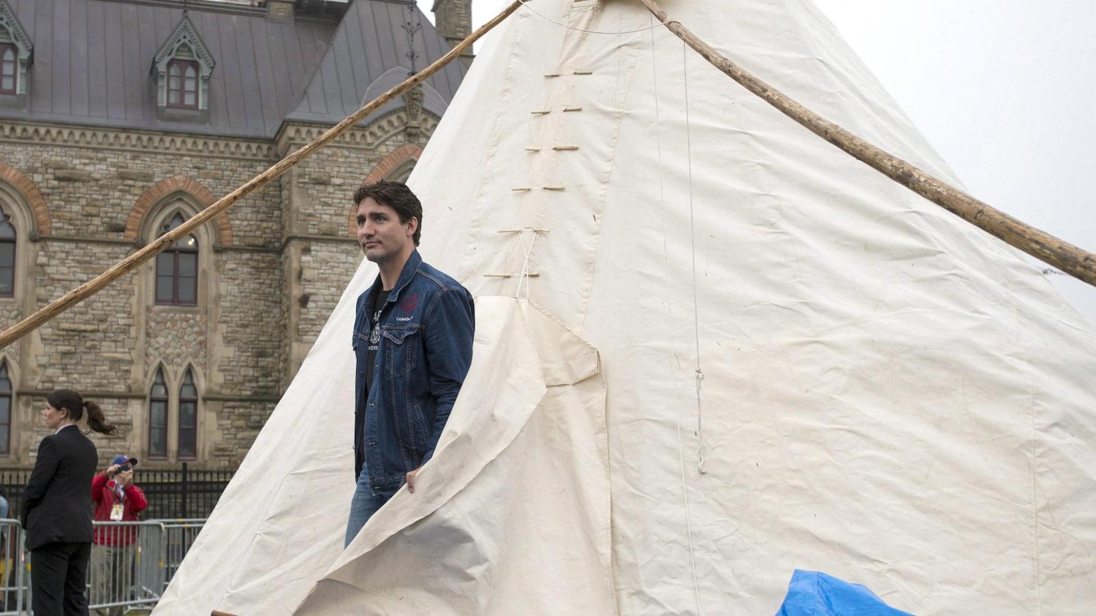Le premier ministre du Canada, Justin Trudeau, a rencontré des manifestants autochtones dans leur tipi, le 30 juin dernier.