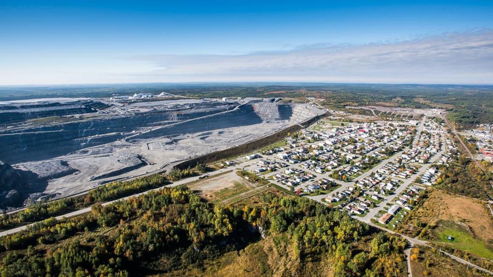 Vue aérienne de la mine et des maisons qui la bordent.