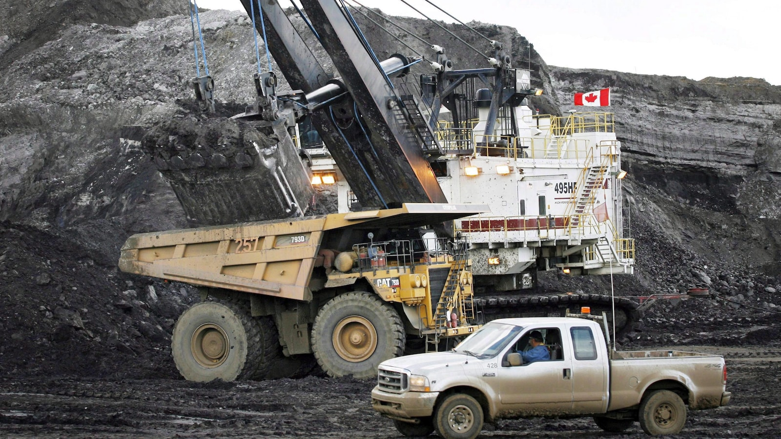 Une pelle minière remplit un camion de transport dans une mine de sables bitumineux près de Fort McMurray, en Alberta.