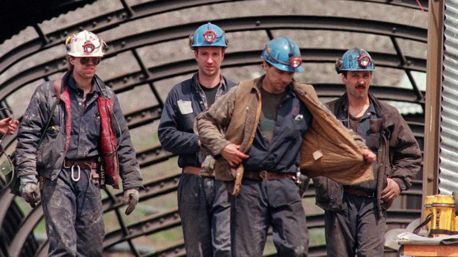 Des travailleurs sortent de la mine de charbon le 15 mai 1992. Quelques jours plus tôt, 26 de leurs collègues ont perdu la vie à la suite d'une explosion dans la mine.
