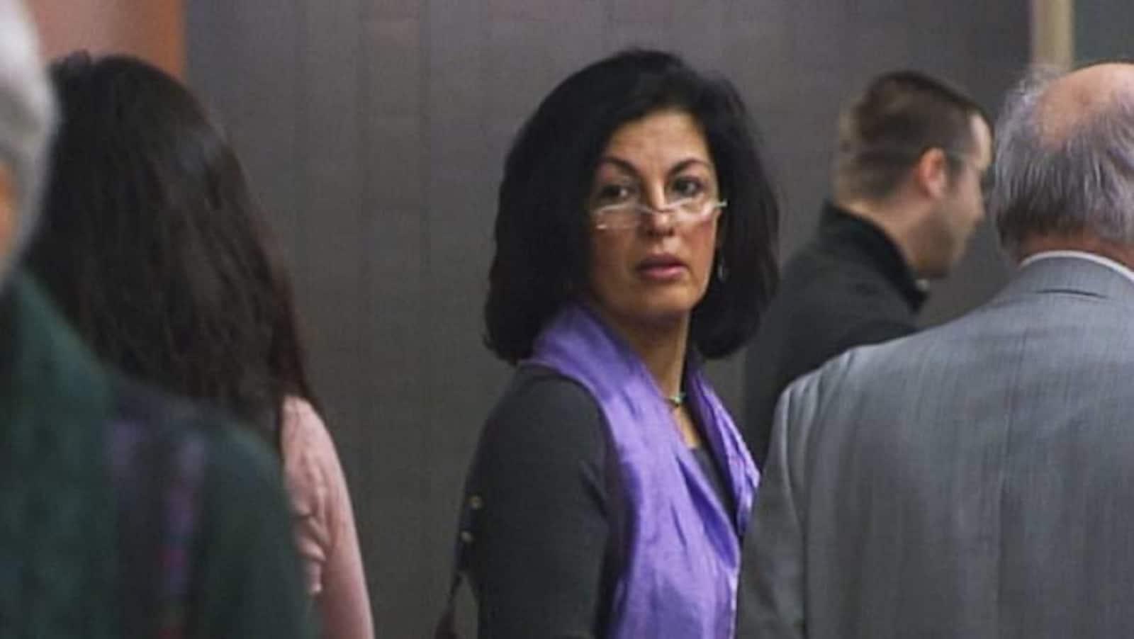 Mme Javanmardi dans le couloir d'un palais de justice.