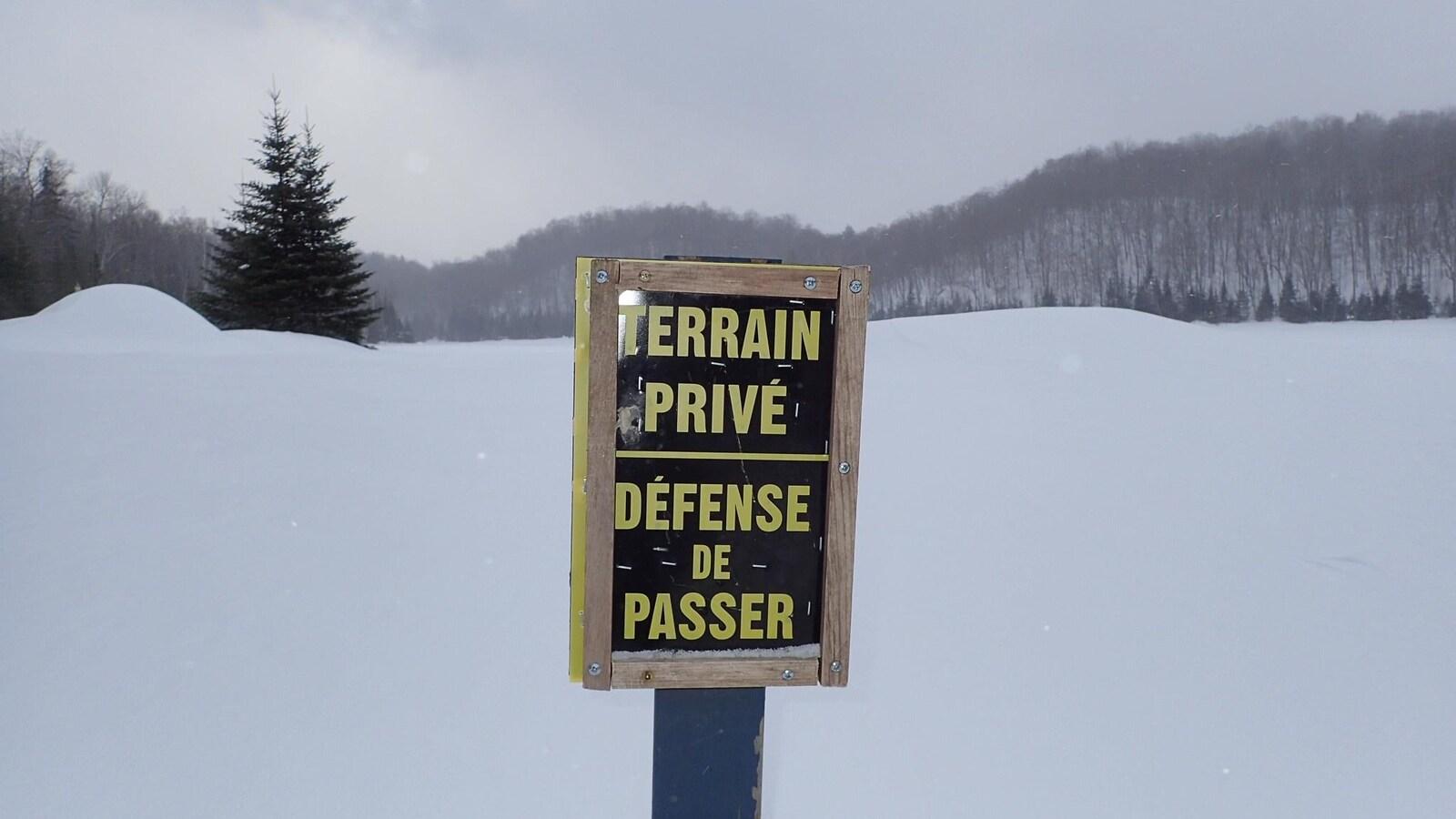 La Ville souhaite acheter la montagne pour préserver l'accès aux sentiers pour les générations futures. Sur la photo un panneau sur lequel est écrit: «Terrain privé, défense de passer» est planté devant le mont Loup-Garou.