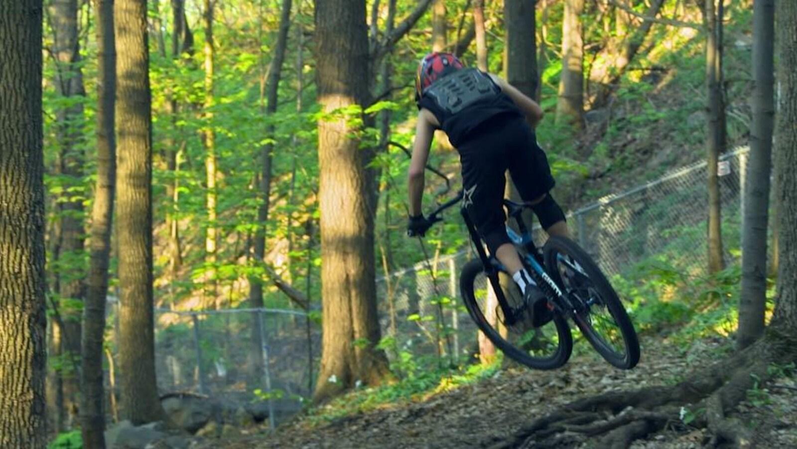 Un cycliste sur un vélo de montagne