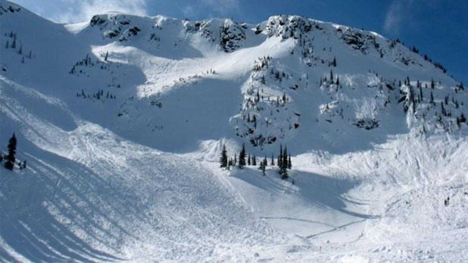 Une montagne enneigée en Colombie-Britannique
