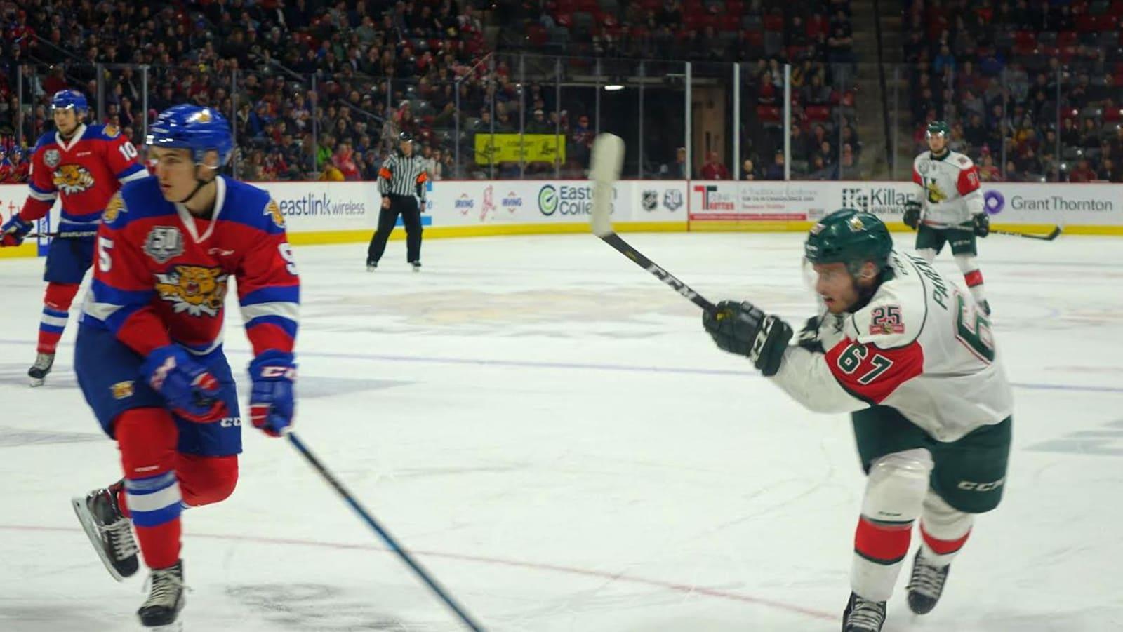 Un joueur des Mooseheads fait un lancer frappé sur la patinoire.