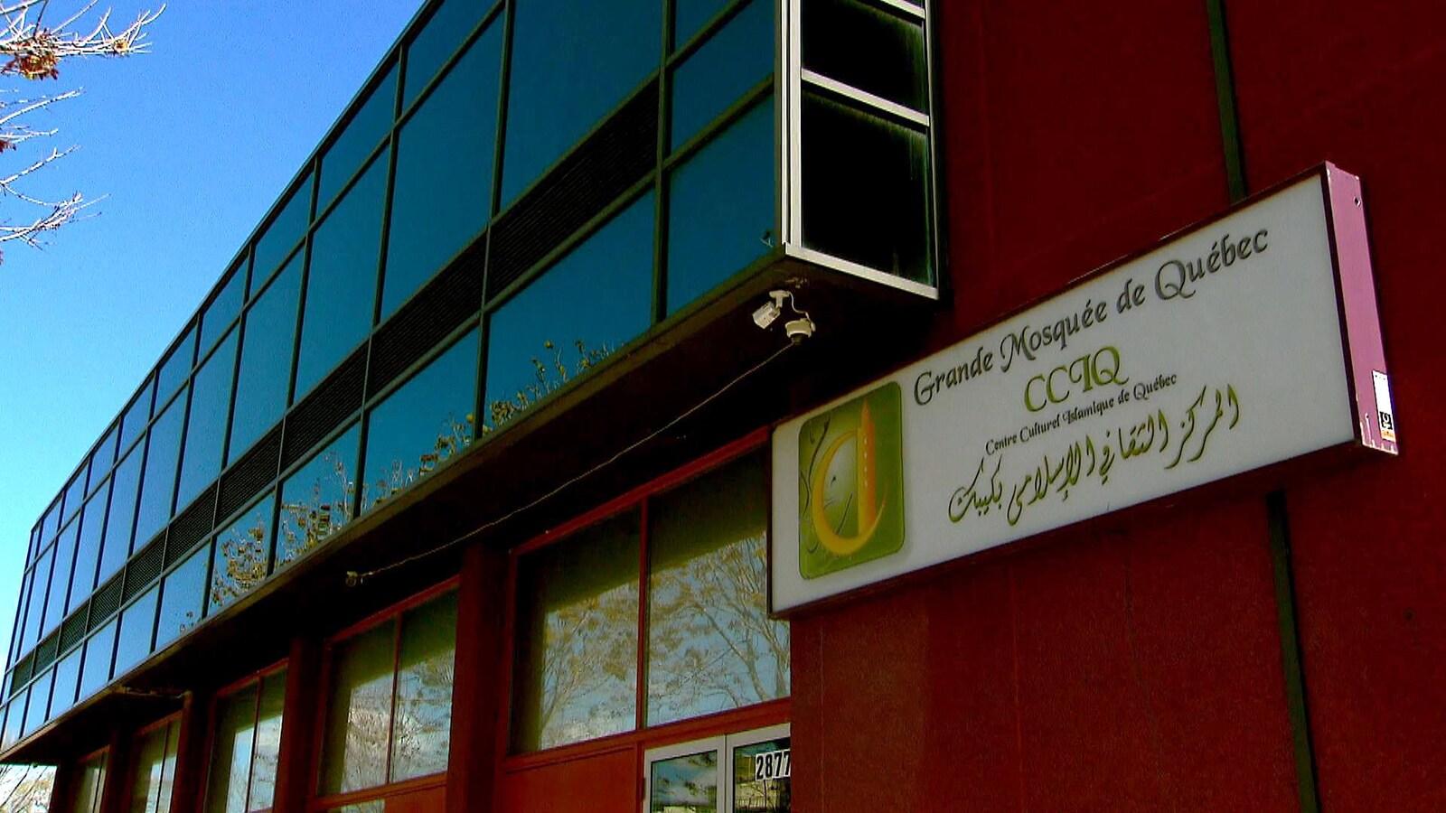 La façade extérieure du Centre culturel islamique de Québec photographiée de jour, au printemps