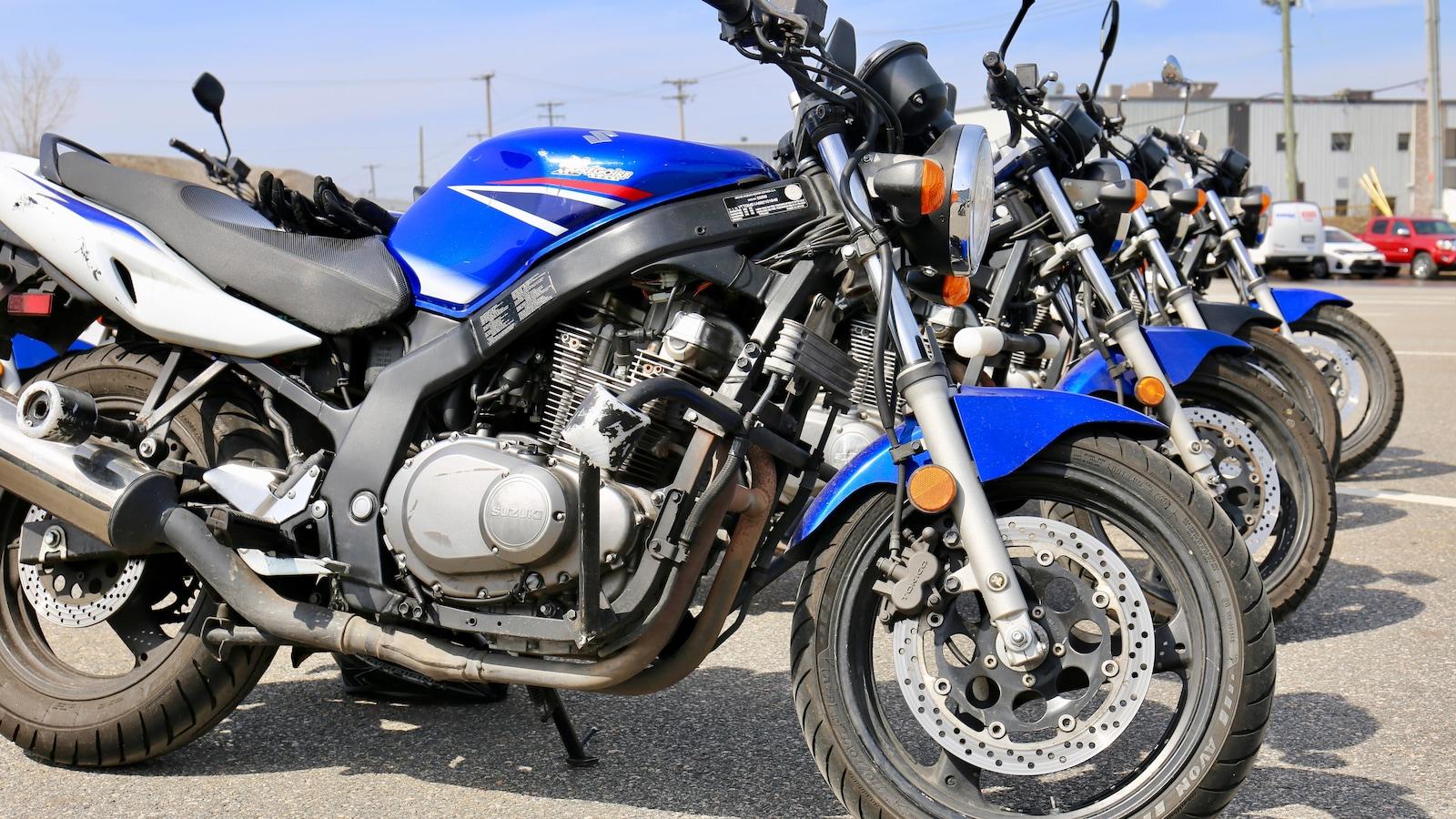 Des motos alignées dans le stationnement d'une école de conduite Tecnic