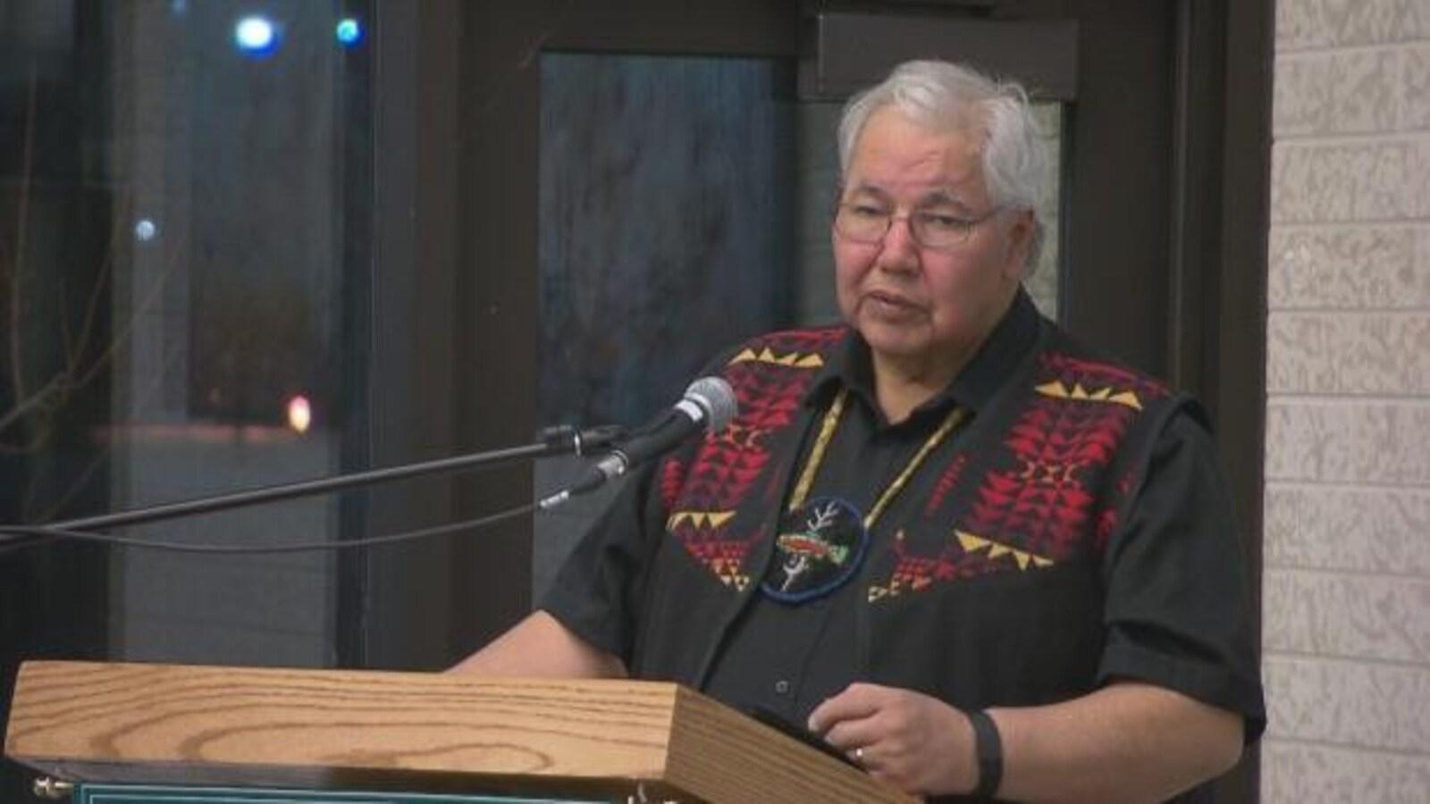 Le sénateur Murray Sinclair donne un discours vêtu d'une veste autochtone.