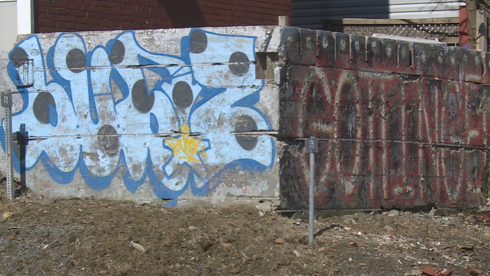 Des murs couverts de graffitis à Halifax.