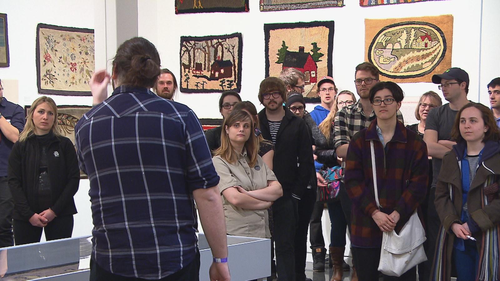 Un jeune public absorbé au musée