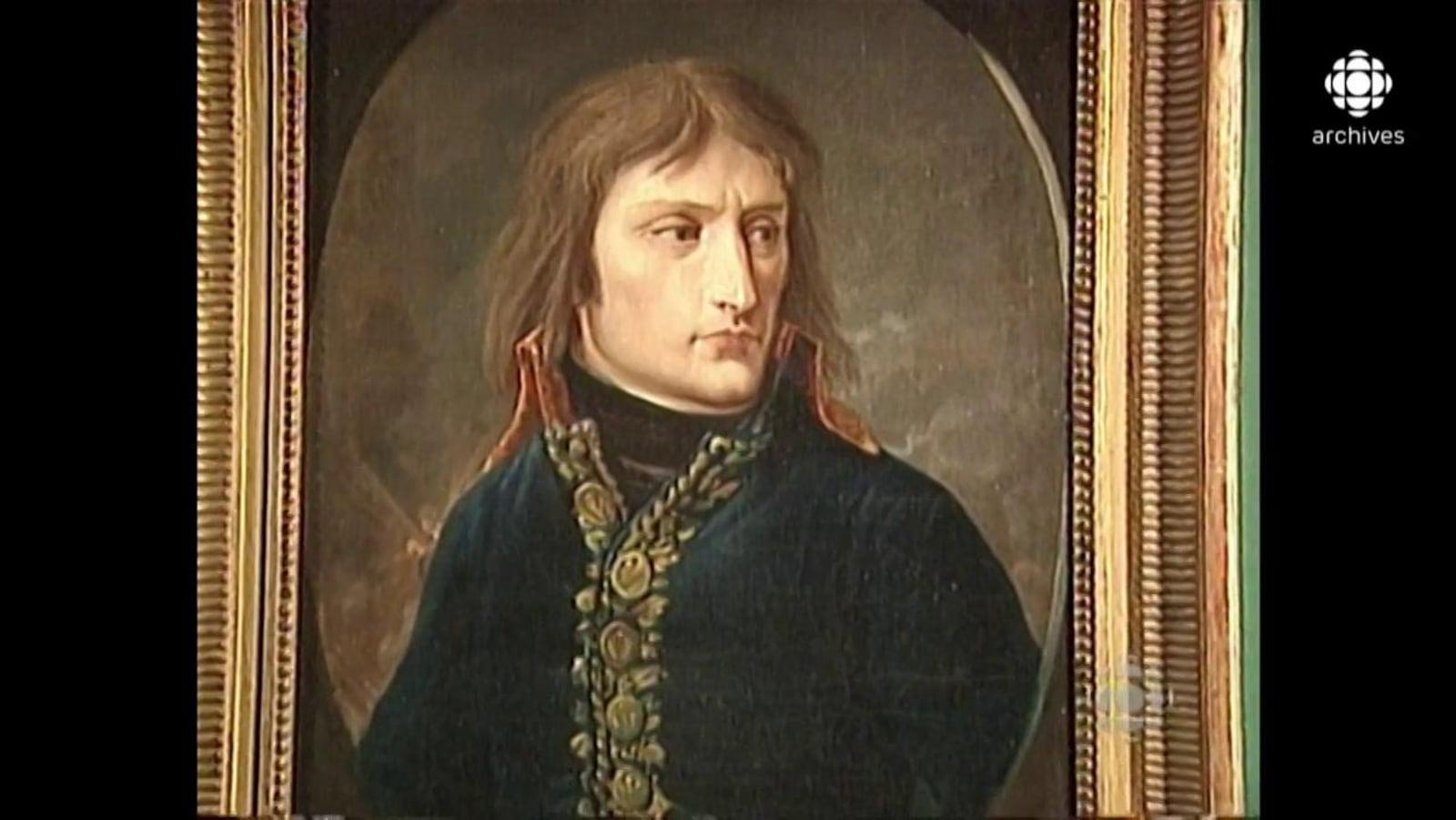 Portrait de Napoléon Bonaparte qui porte un habit bleu boutonné.