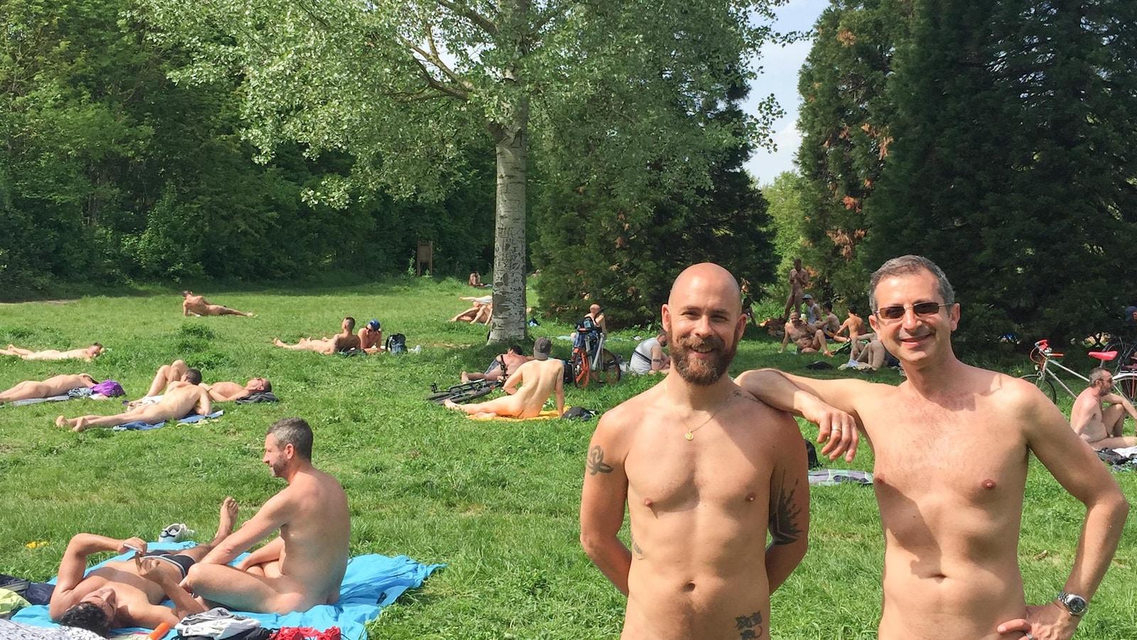 Julien Claudé-Pénégry et Laurent Luft parmi des nudistes dans un parc.