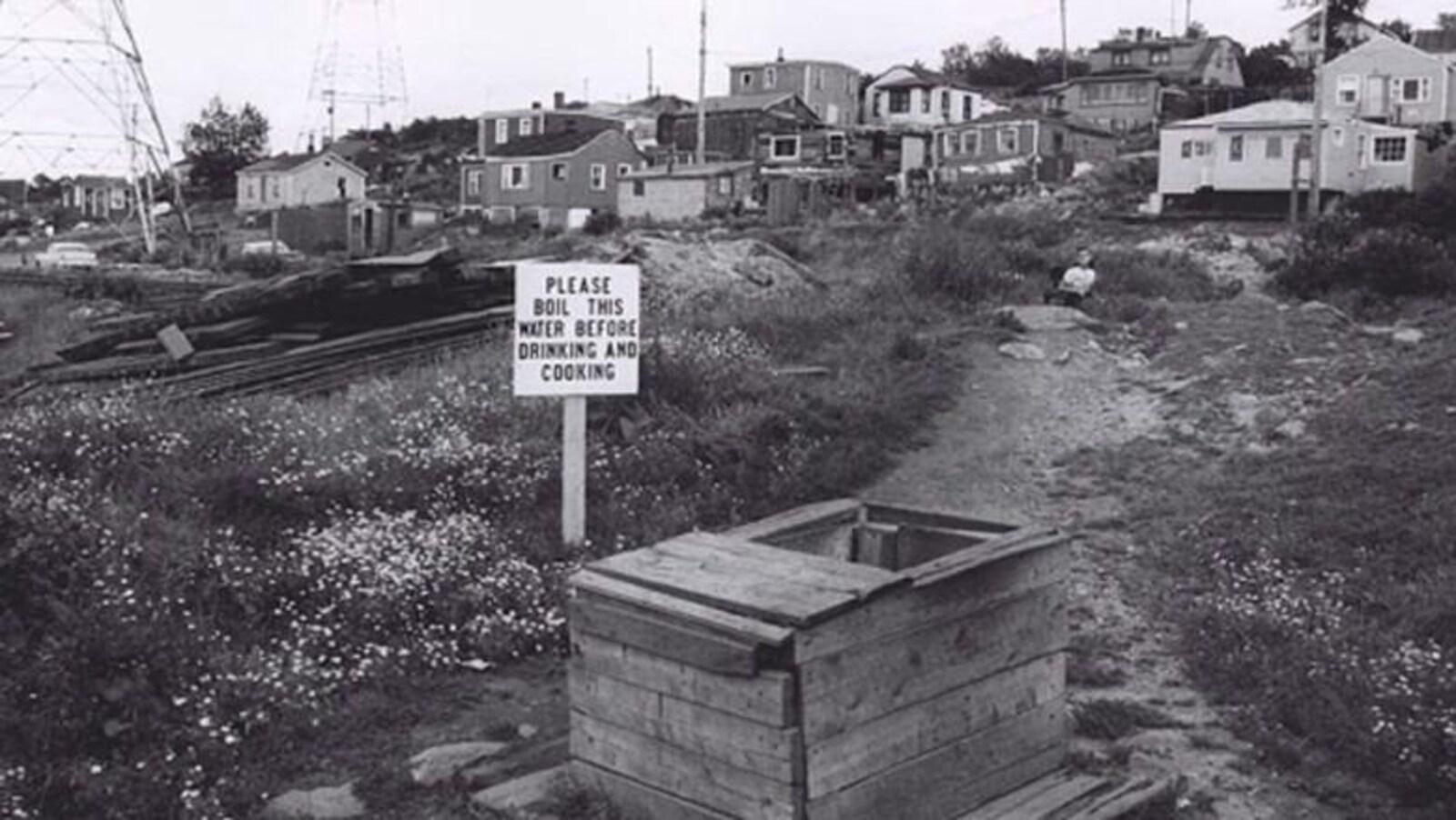 Un puits contaminé, dans le quartier d'Africville, vers 1965.