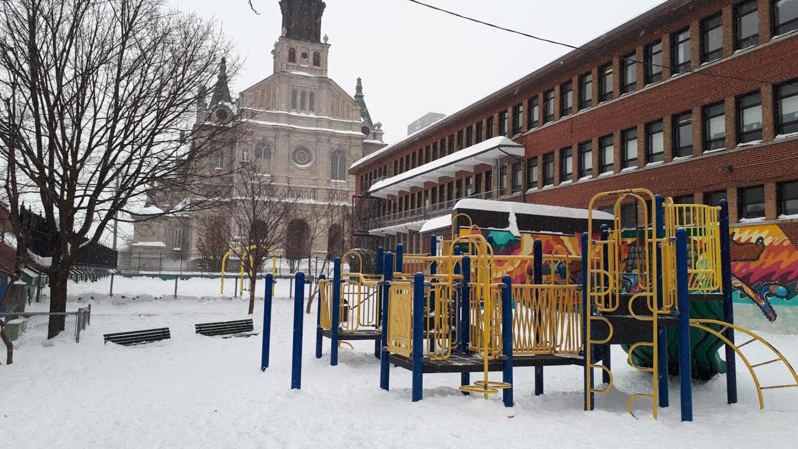 Parc avec de la neige et une église.