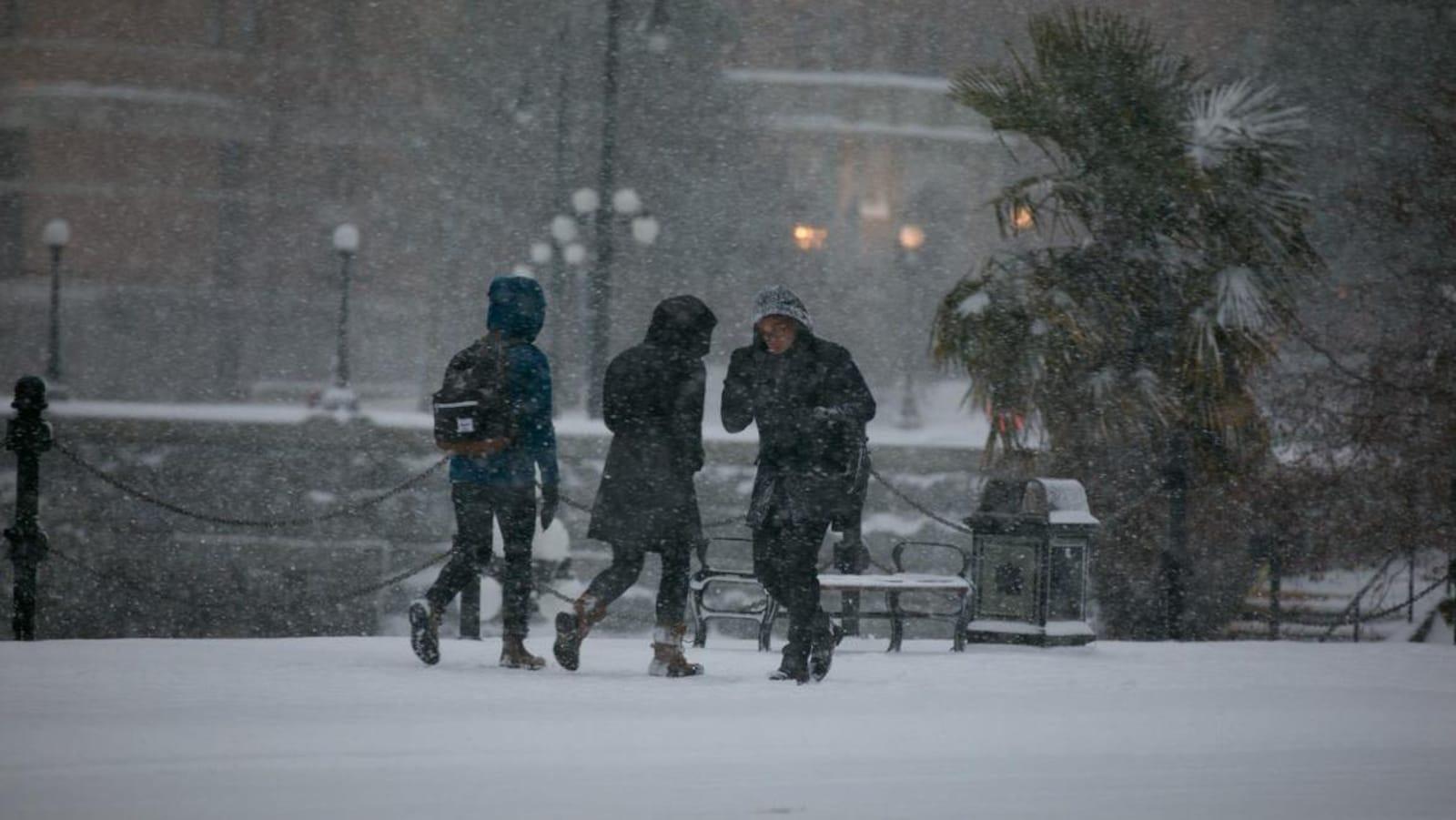 Des gens marchent dans la neige à Victoria.