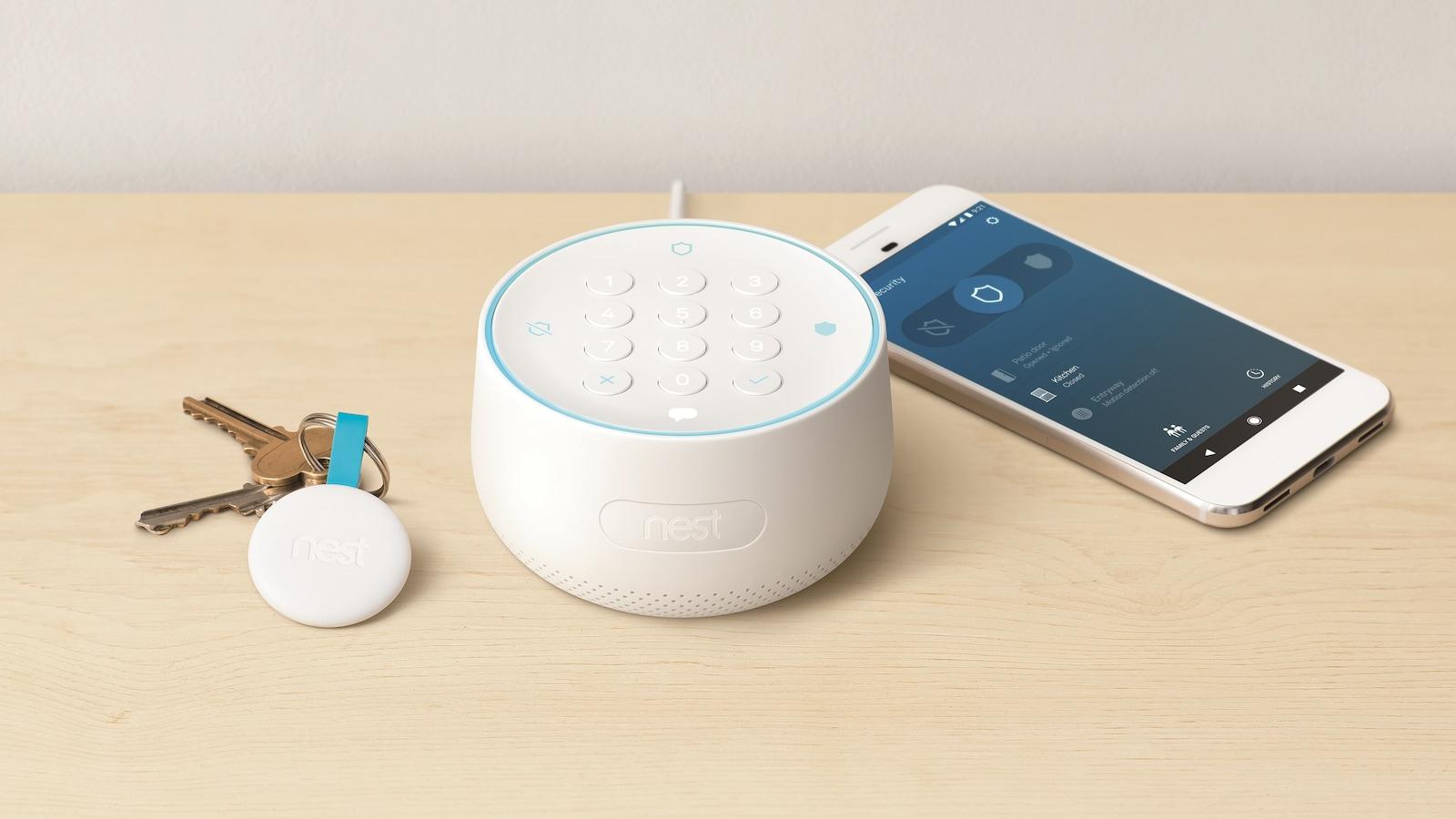 Un trousseau de clés déposés sur une table, à gauche du dispositif de contrôle Nest Guard, un appareil cylindrique surmonté d'un clavier numérique, et d'un téléphone intelligent.
