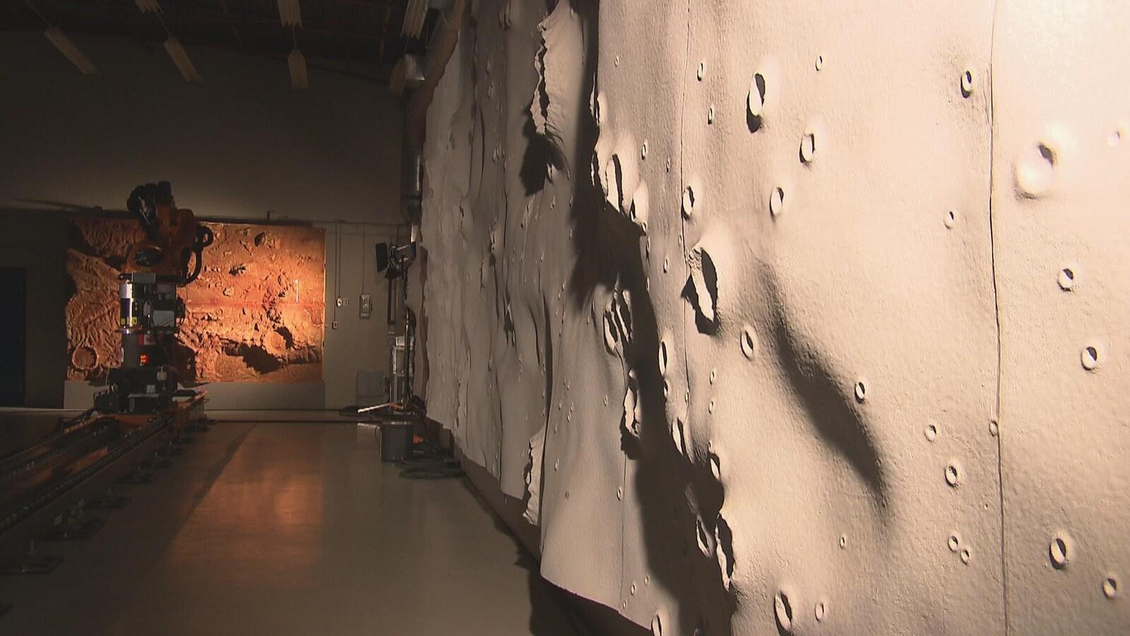 Des maquettes représentant Mars et la Lune, dans un laboratoire.