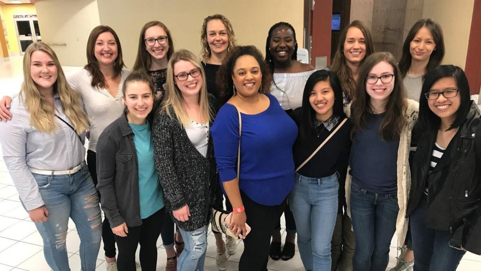 Des femmes posent pour une photo de groupe.