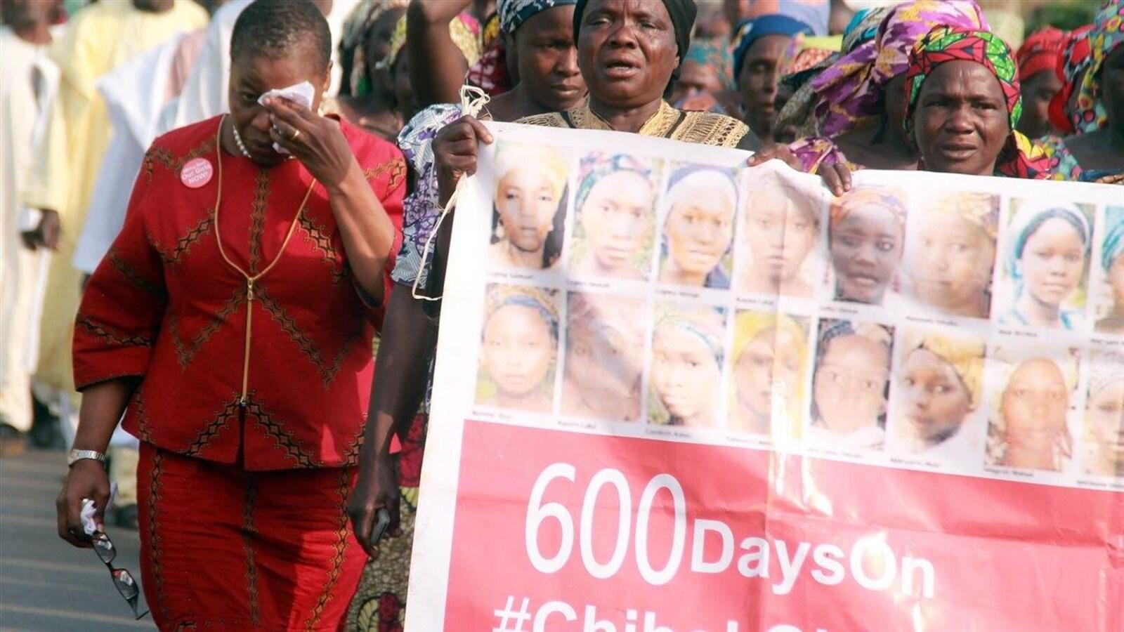 La coordonnatrice du mouvement Bring Back Our Girls, Oby Ezekwesili, pleure tandis qu'elle manifestait avec les mères des écolières enlevées par Boko Haram, lors d'un rassemblement à Abuja en janvier 2016.