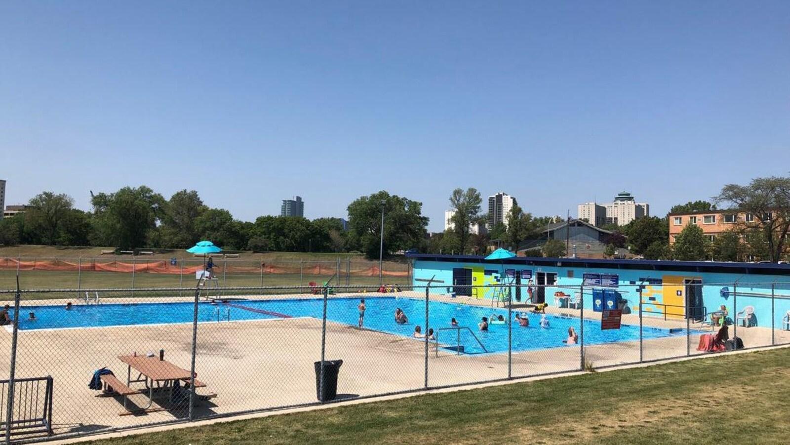 La piscine Norwood avec le centre ville de Winnipeg en arrière plan.