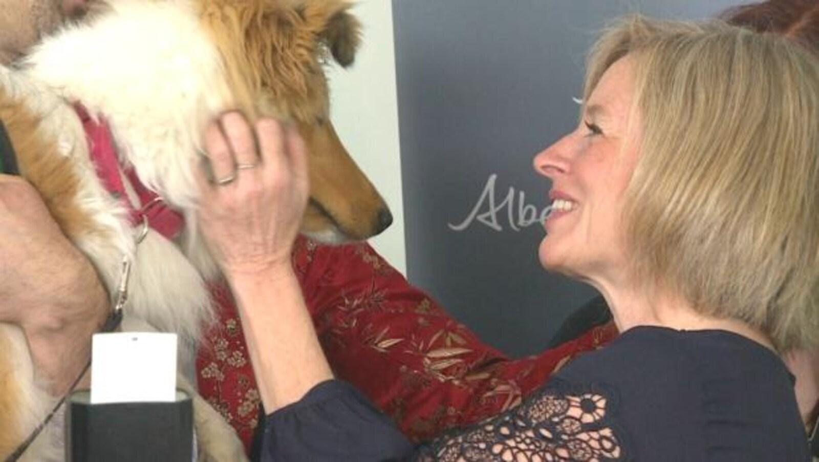 Rachel Notley flatte un chien