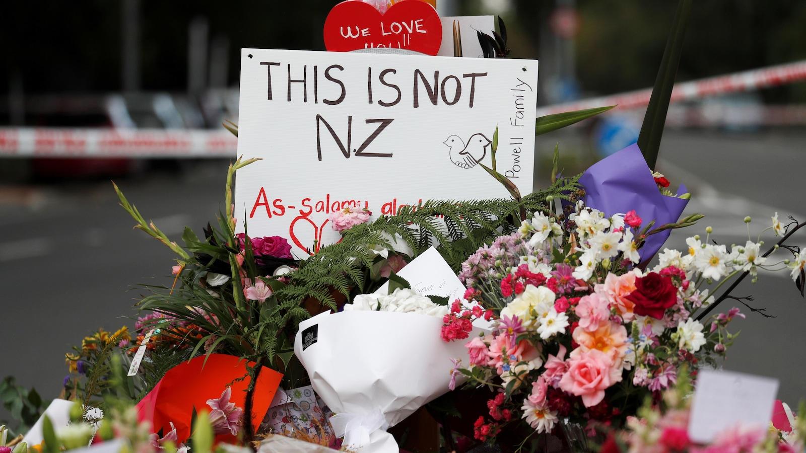 Un mémorial a été aménagé près de la mosquée Al Noor en hommage aux victimes de la fusillade de Christchurch, en Nouvelle-Zélande.