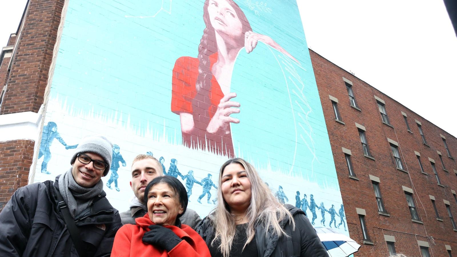 La cinéaste abénaquise Alanis Obomsawin (en avant), accompagnée des artistes Rafael Sottolichio, Arnaud Grégoire et Meky Ottawa, à l'inauguration de la murale.