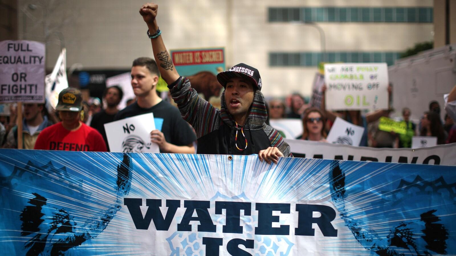 Des manifestants à Los Angeles contre des projets d'oléoducs aux États-Unis.