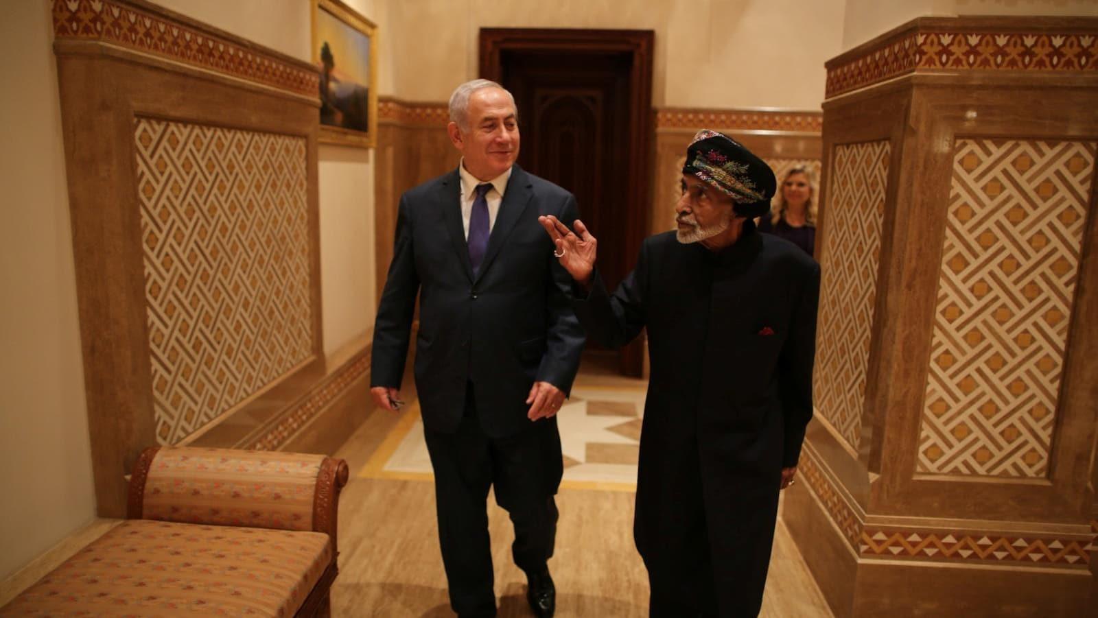 Le premier ministre israélien Benjamin Netanyahu aux côtés du sultan Qabous d'Oman lors d'une visite surprise dans ce petit pays arabe sans liens diplomatique avec l'État hébreu.