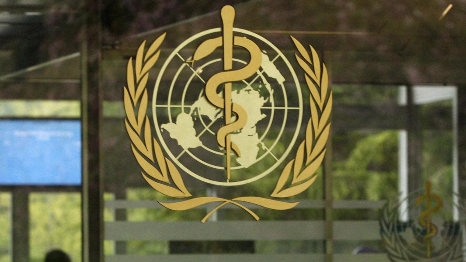 Le logo de l'OMS sur une porte vitrée