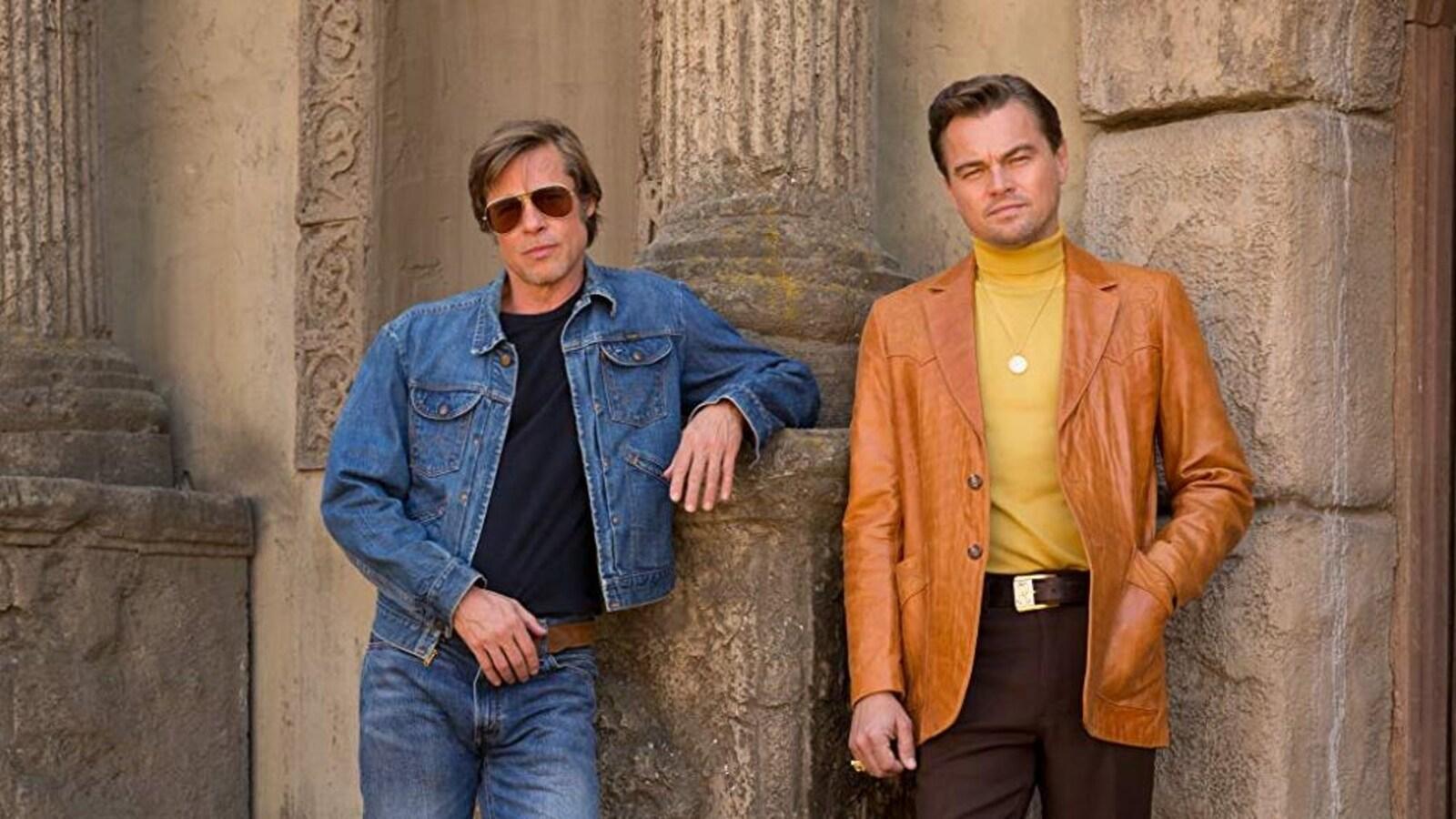 Brad Pitt et Leonardo DiCaprio posent en tenues de la fin des années 1960.