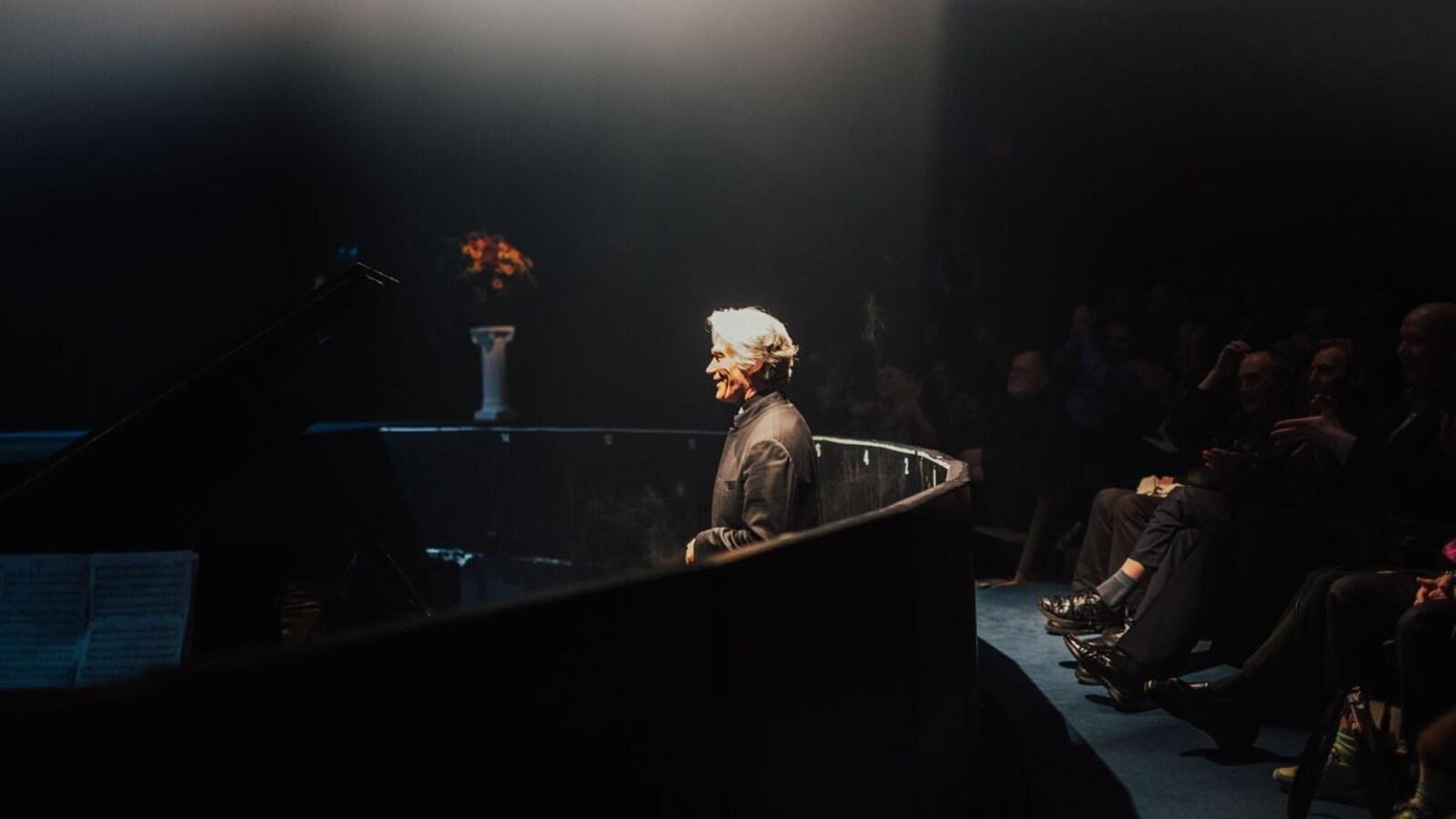 Un homme debout dans une fosse d'orchestre.
