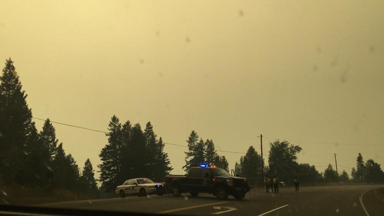 Des véhicules de police bloquent l'autoroute 97 au nord de Williams Lake.