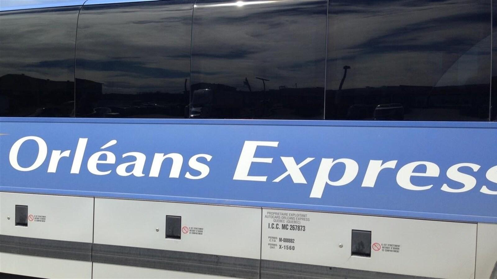 Logo d'Orléans Express sur un autobus.
