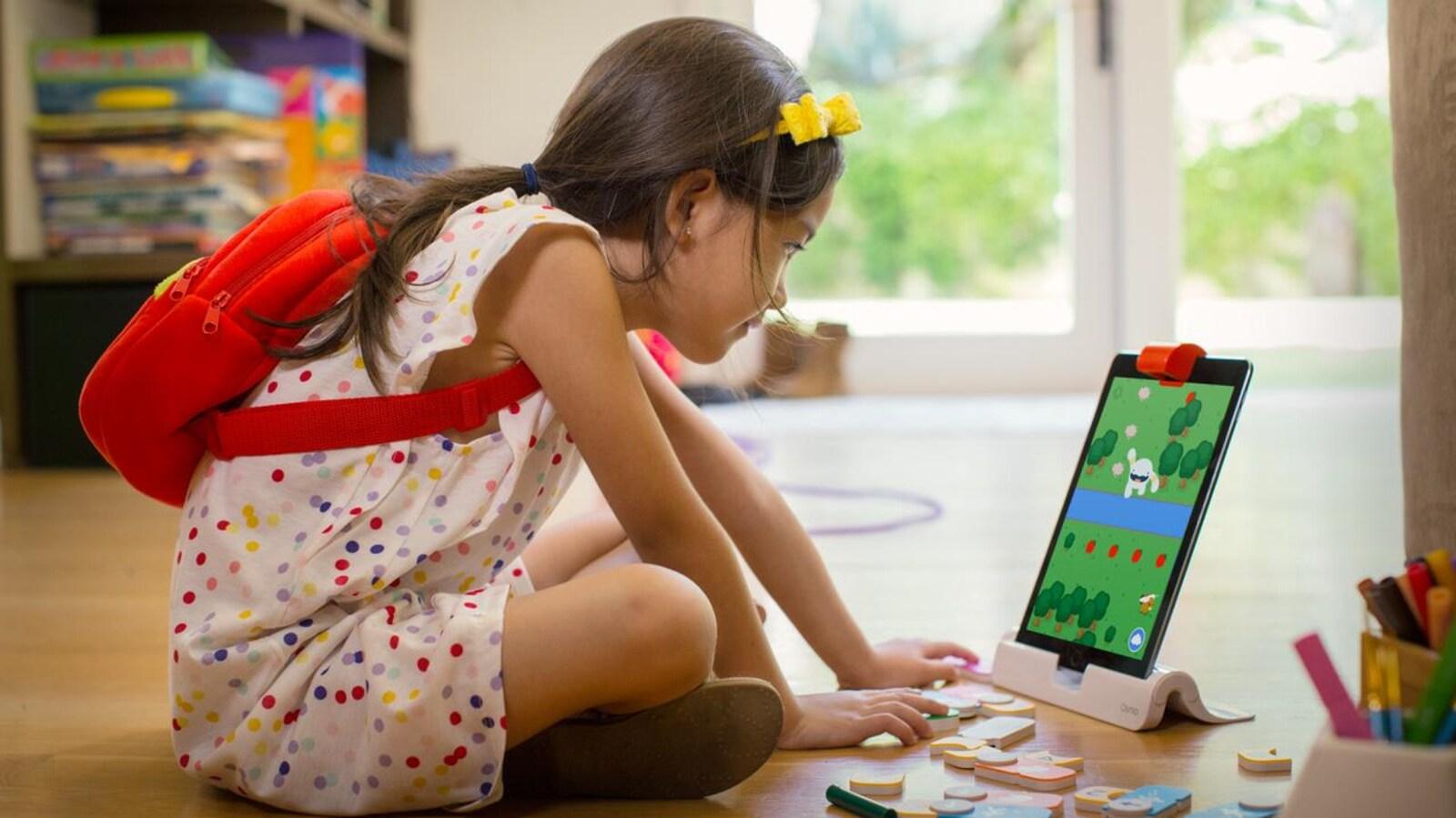 Une fillette apprend les rudiments du codage grâce à un jeu Osmo.