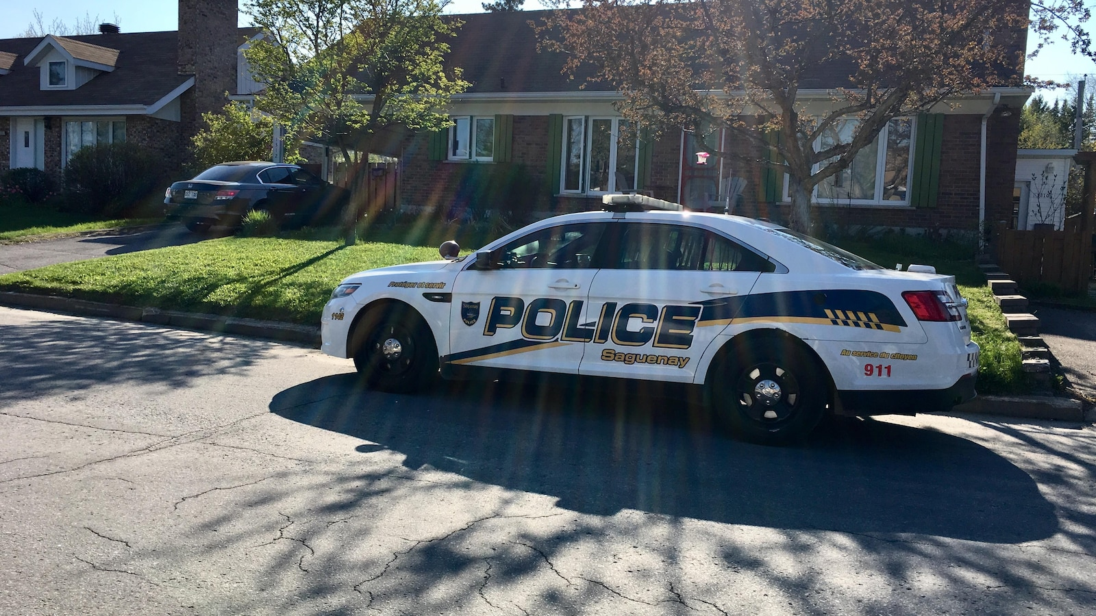 Une voiture de police devant une maison
