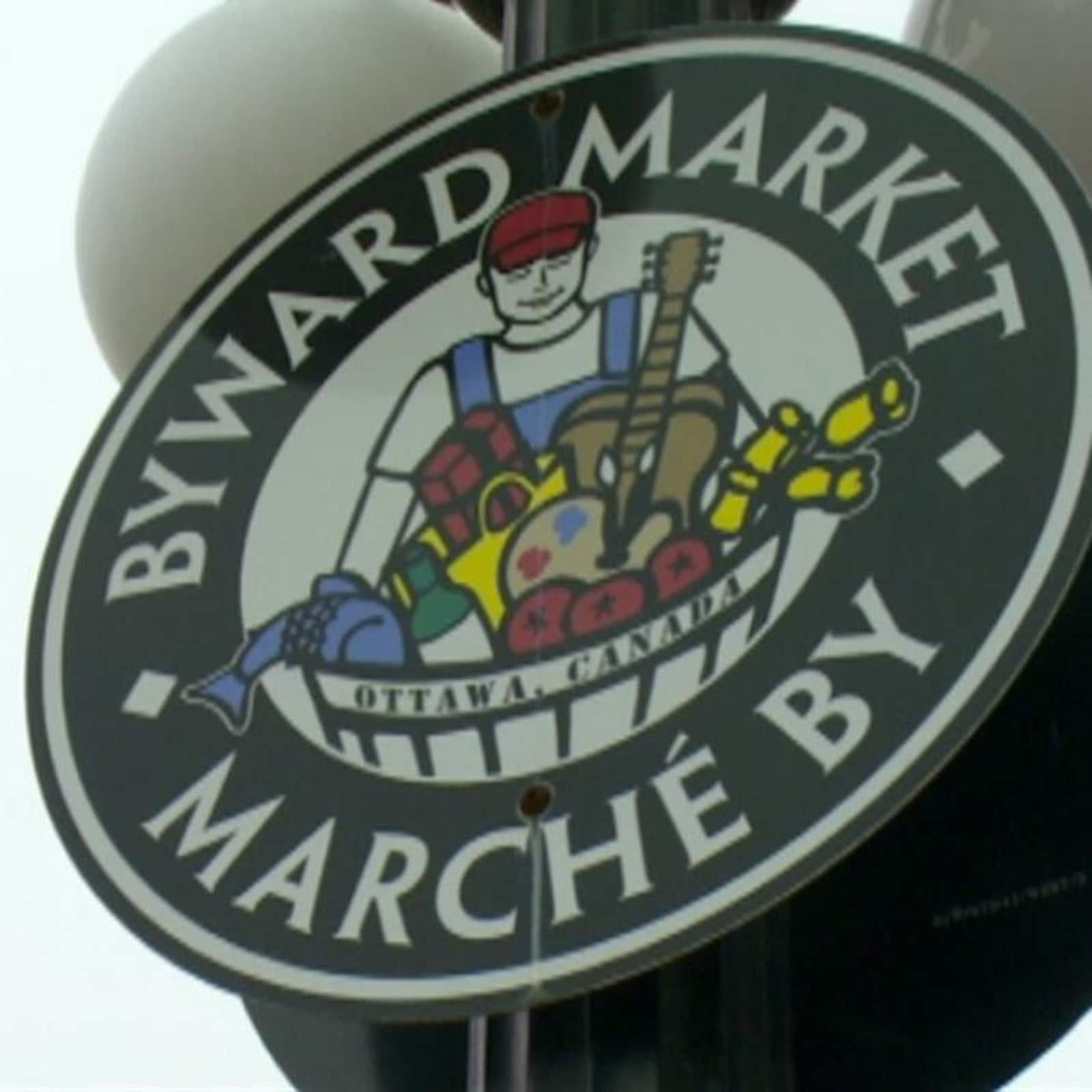 Une pancarte annonçant le marché By