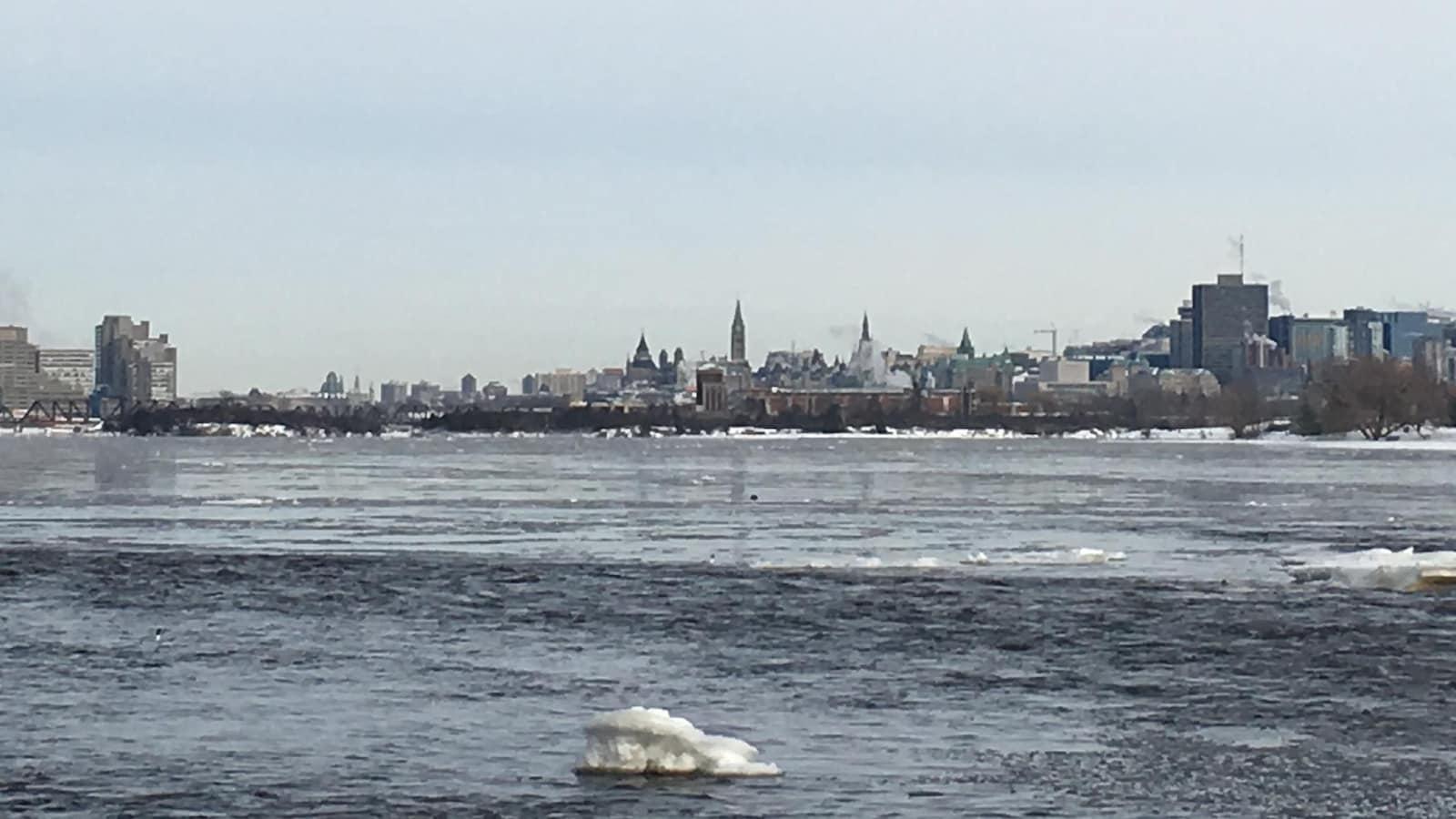 La ville d'Ottawa en hiver avec, en avant-plan, la rivière des Outaouais.