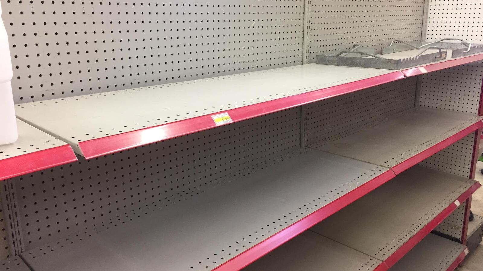 Des étagères vides