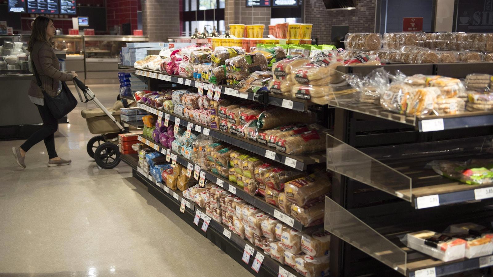 Plusieurs marques de pain se trouvent sur cet étalage d'un supermarché de Toronto, le 1er novembre 2017. À ce moment, le Bureau de la concurrence annonçait avoir effectué des perquisitions dans les bureaux de certaines entreprises dans le cadre d'une enquête sur un système de fixation des prix du pain.
