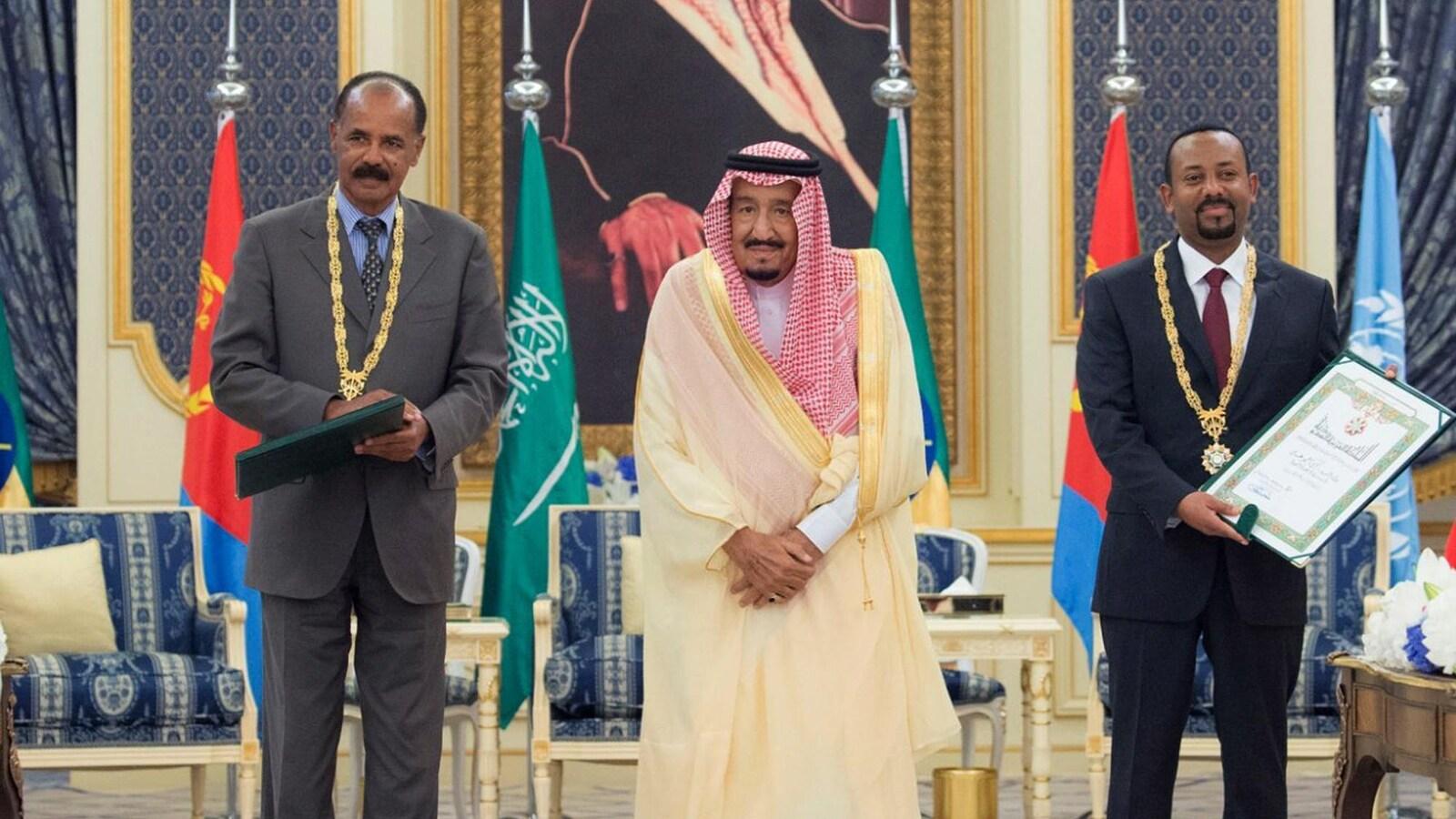 Le président érythréen Issaias Afeworki et le premier ministre éthiopien, le réformateur Abiy Ahmed et au milieu, le roi Salmane d'Arabie saoudite.