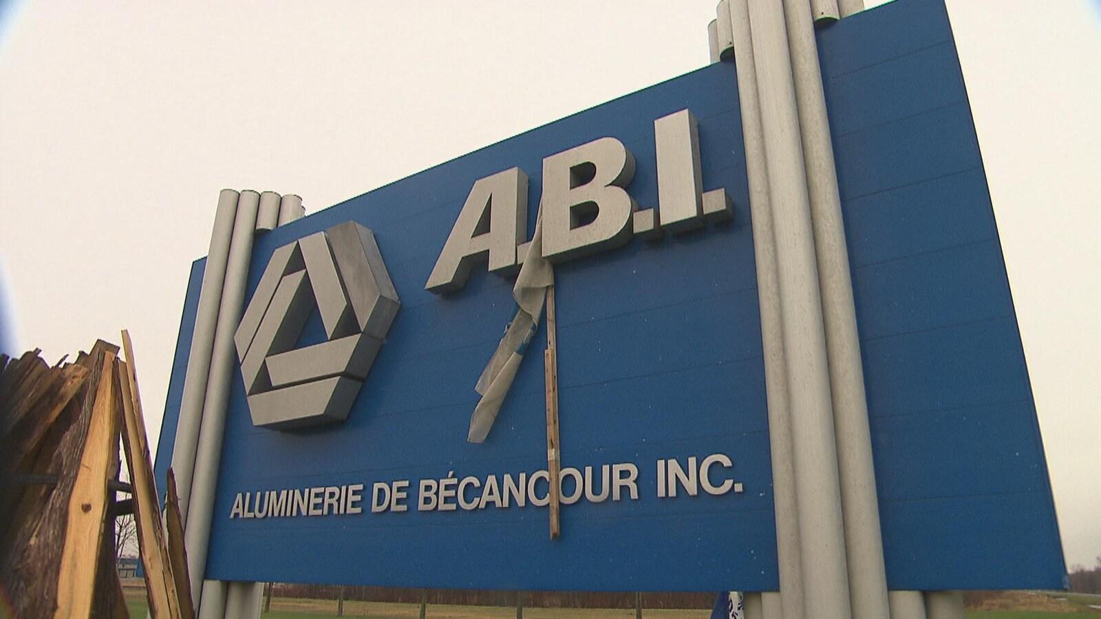 L'affiche de l'Aluminerie de Bécancour inc. (ABI), sur laquelle un drapeau de syndicat a été apposé.