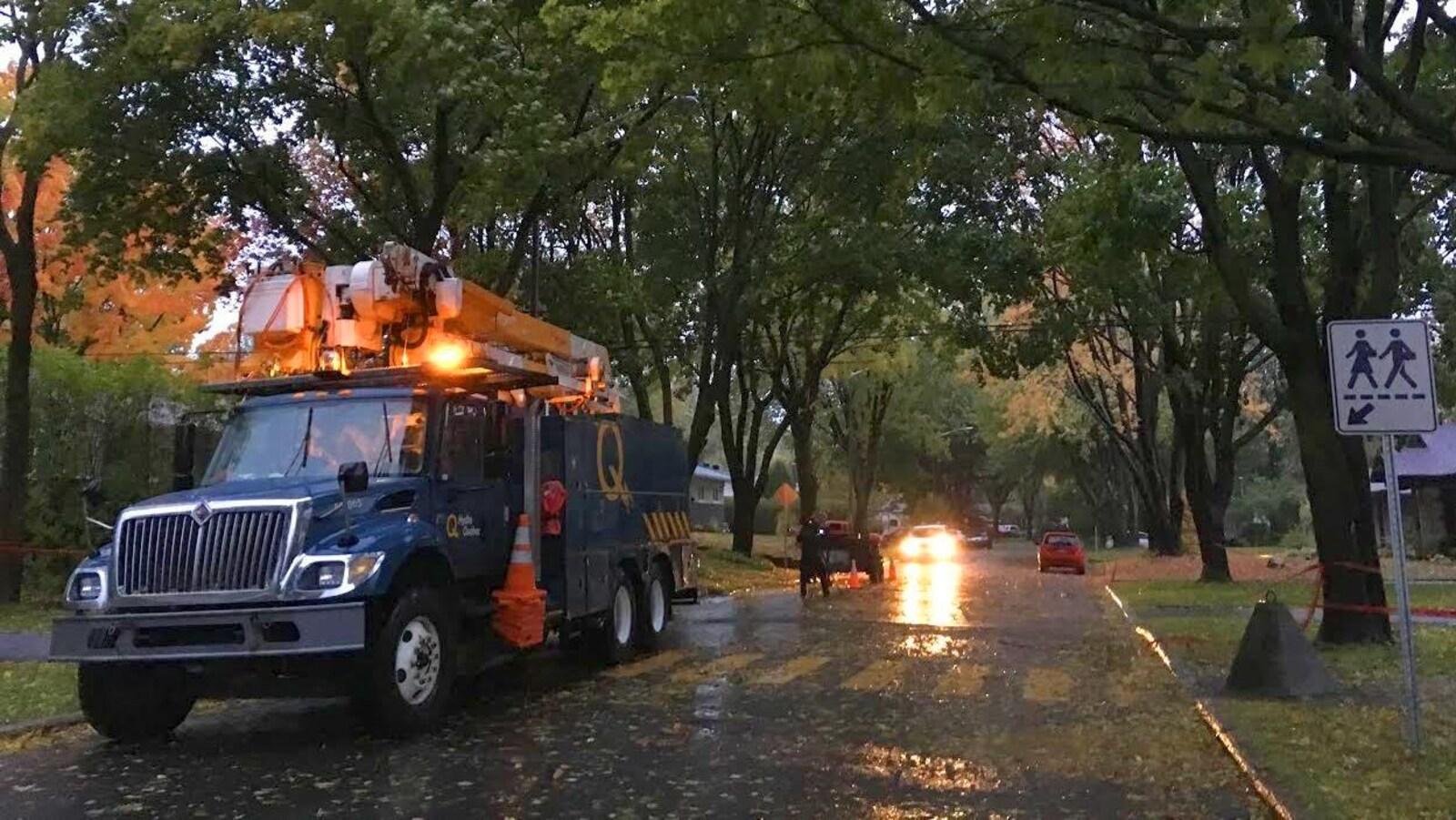 Des travailleurs d'Hydro-Québec en action dans le quartier Duberger tôt jeudi matin.