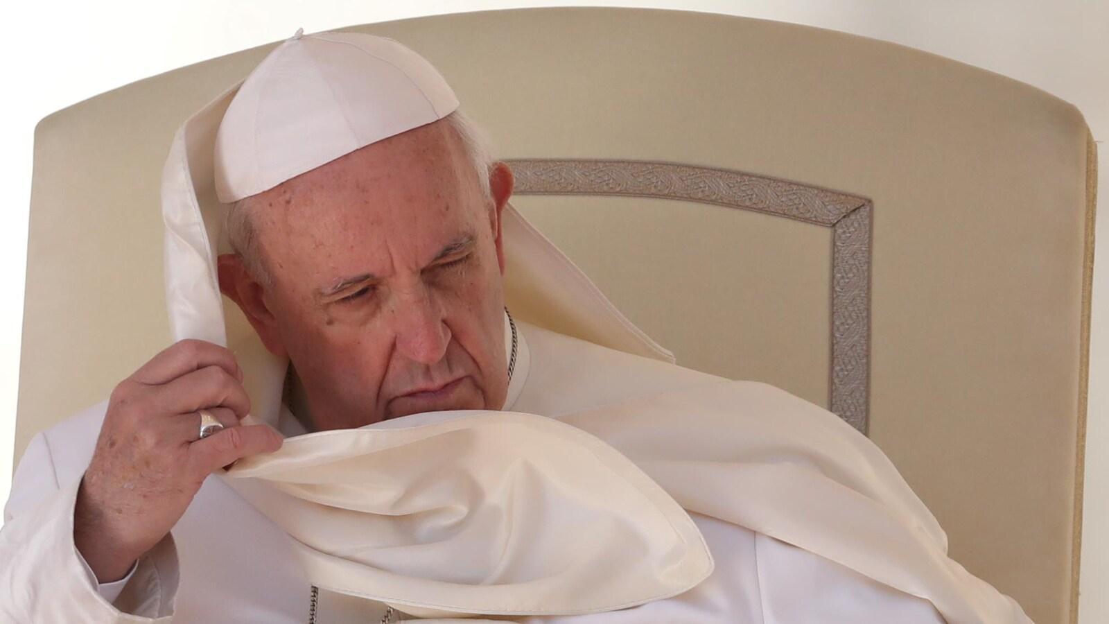 La popularité du pape François dégringole dans les Amériques à cause de son traitement des scandales de prêtres pédophiles.